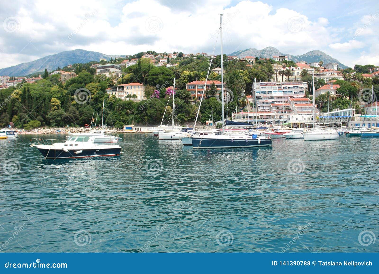 De jachthavenzeehaven van Hercegnovi, Montenegro de Zomer