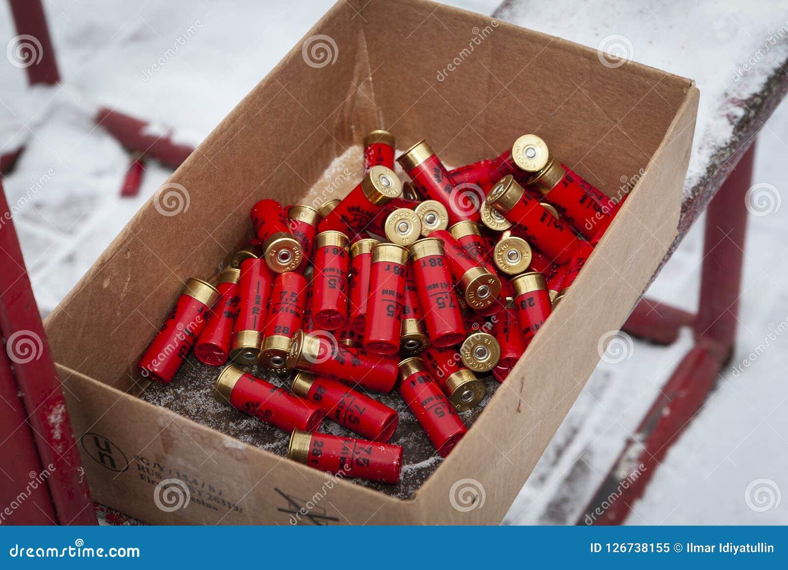 De de jachtpatronen zijn rood in de doos
