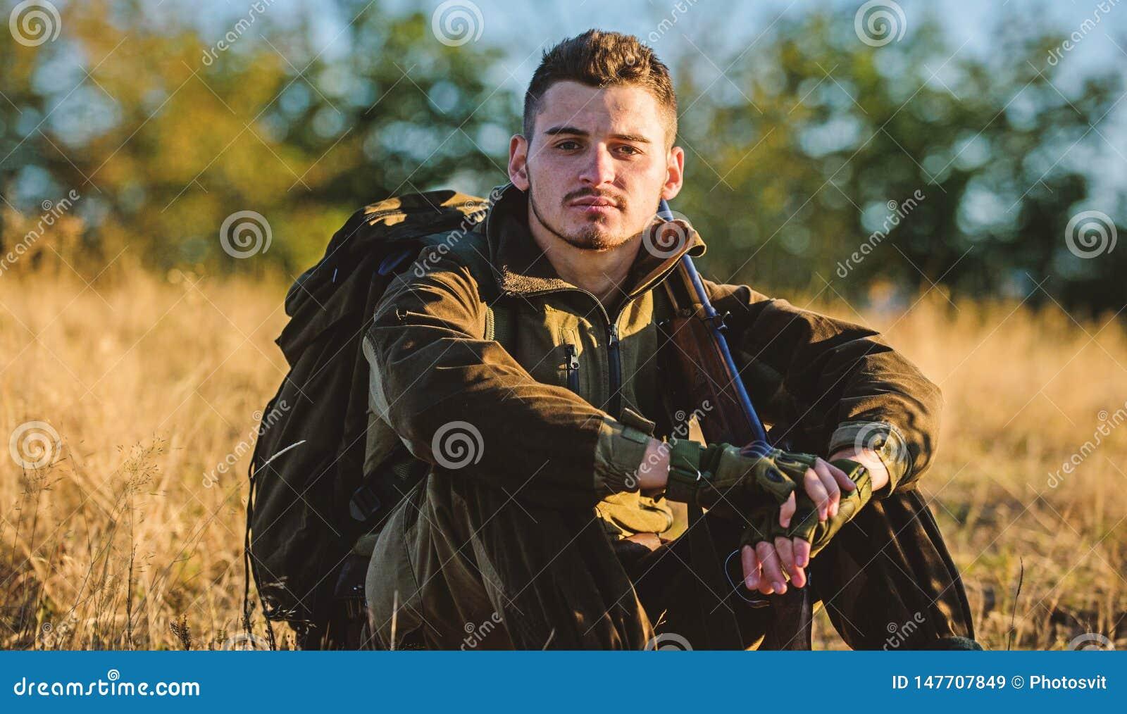 De jager geniet aard van mening De vrije tijd van de de jachthobby Jager tevreden met vangst het ontspannen Rust voor echt mensen