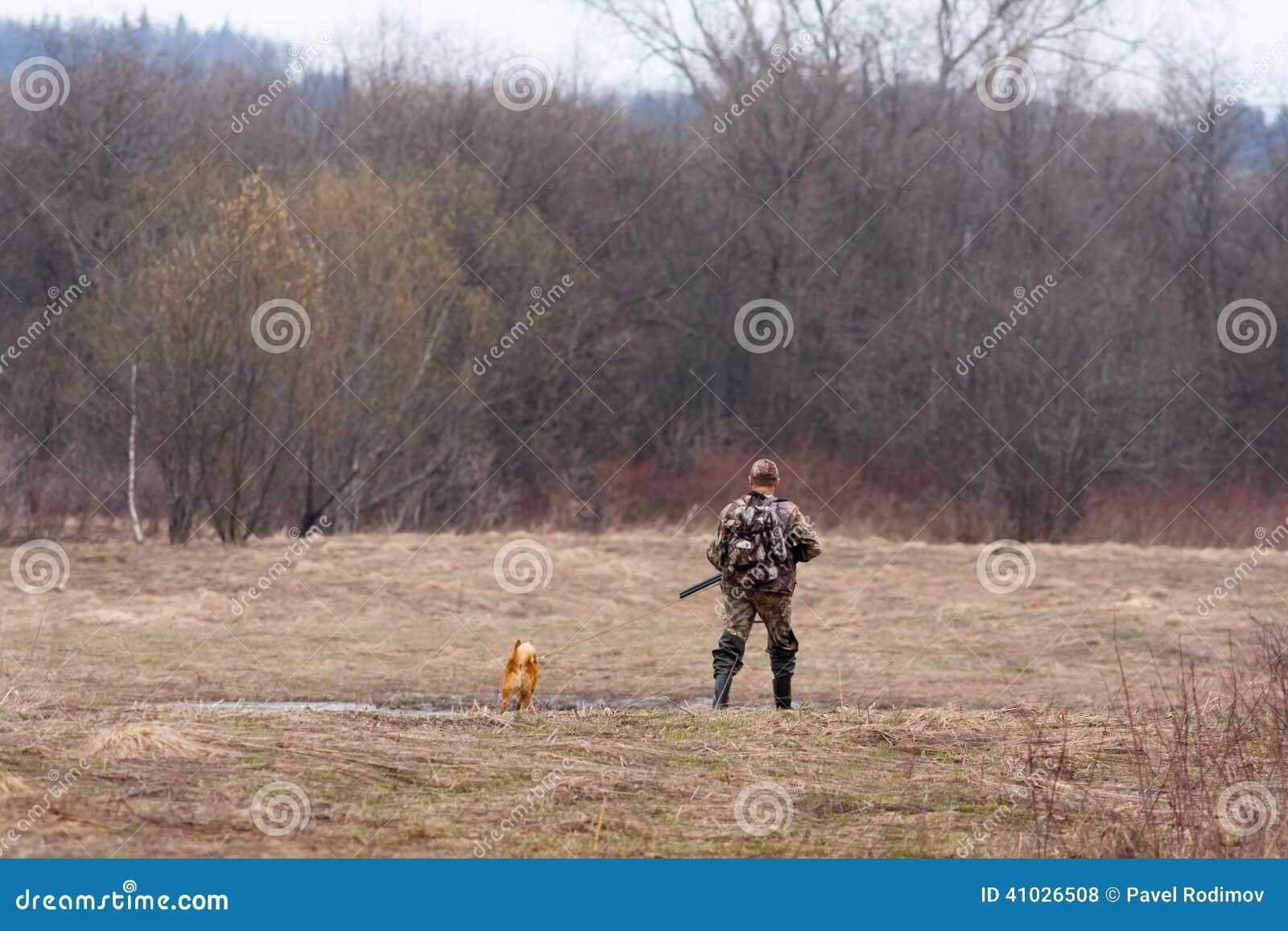 De jager op het gebied met een hond
