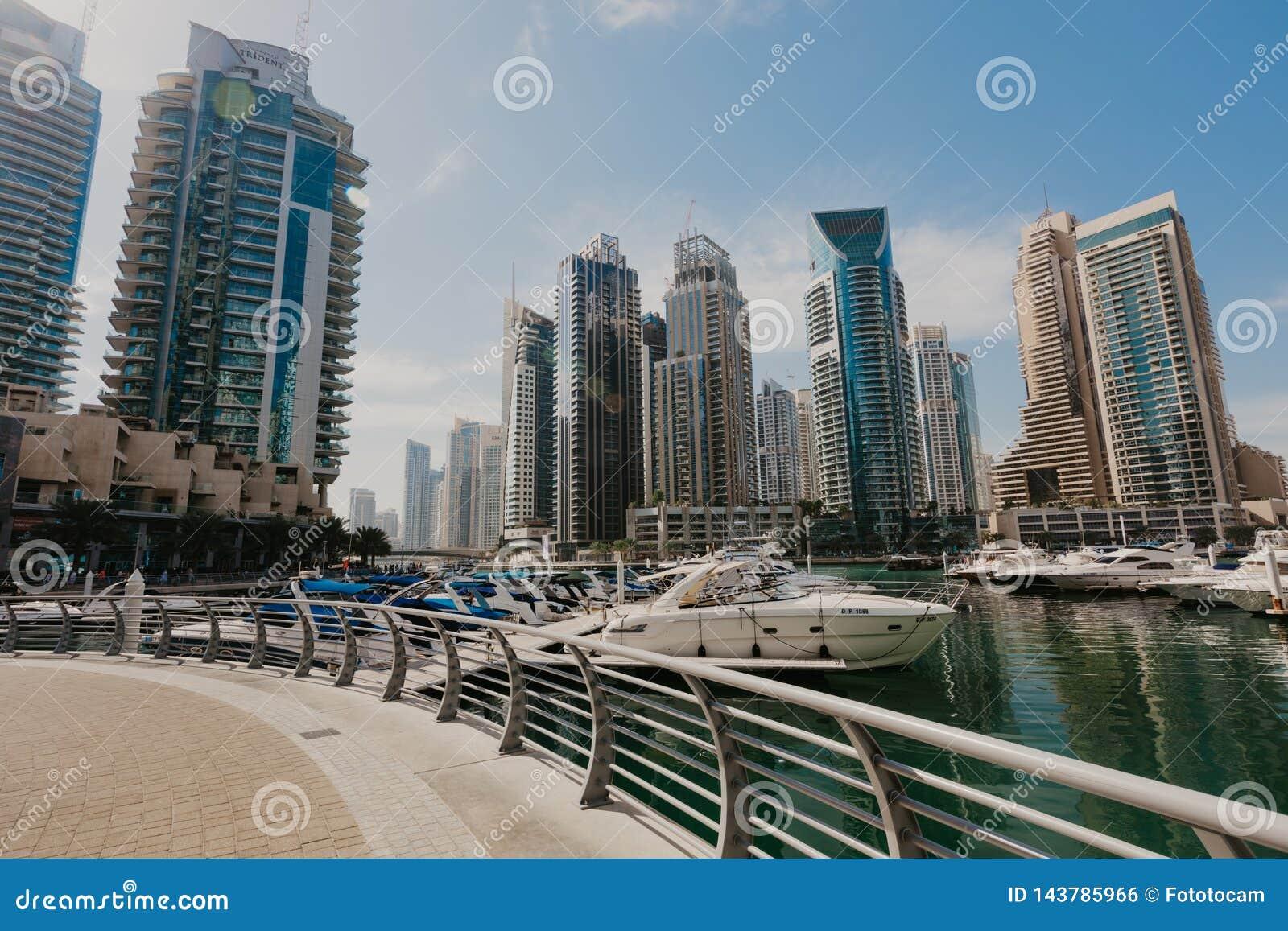2 de janeiro de 2019 Vista panorâmica com arranha-céus e o cais modernos da água do porto de Dubai, Emiratos Árabes Unidos