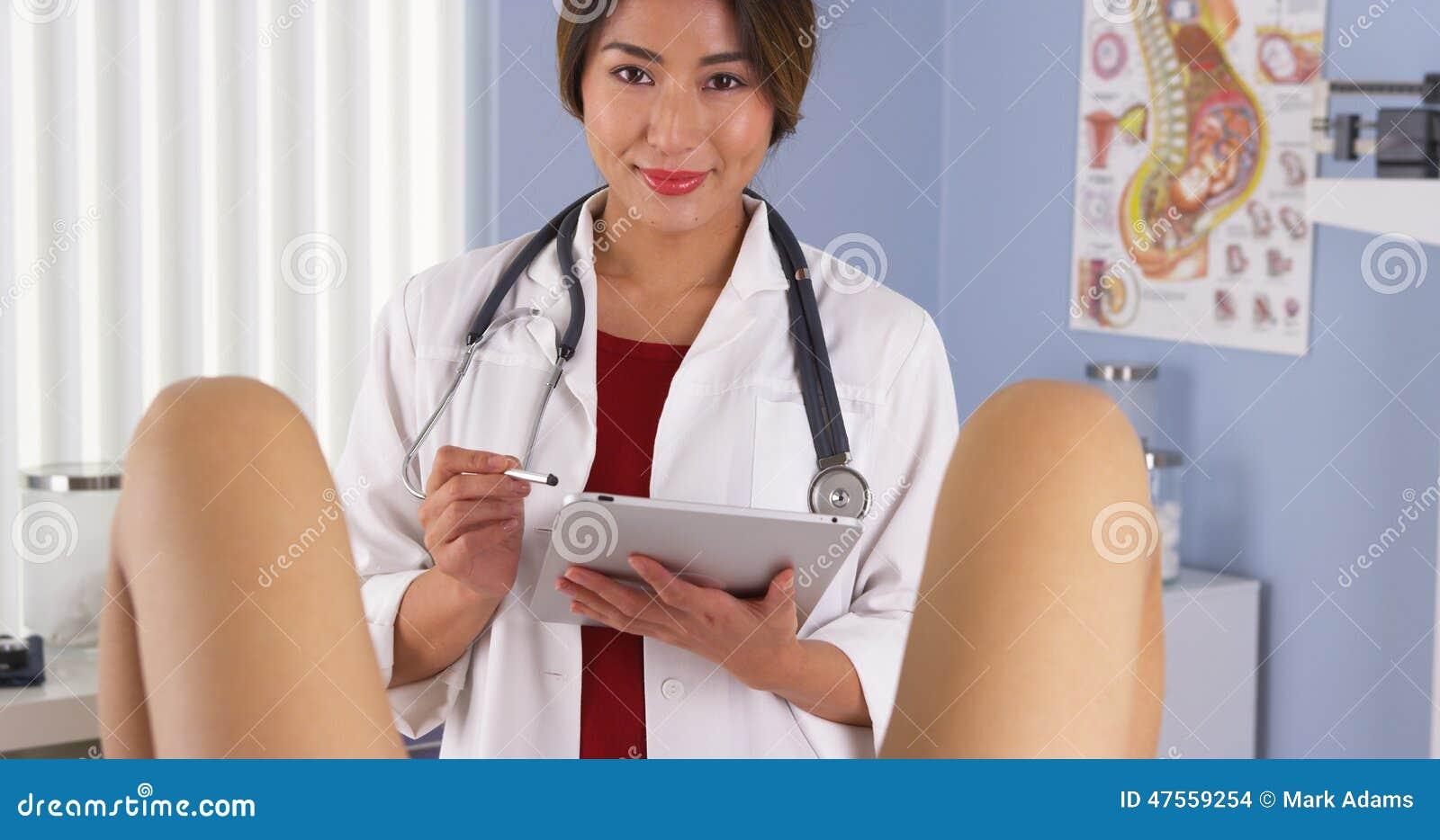 De japanse gynaecoloog onderzoekt pati nt in de ruimte van het het ziekenhuisexamen stock foto - Ruimte van het meisje parket ...