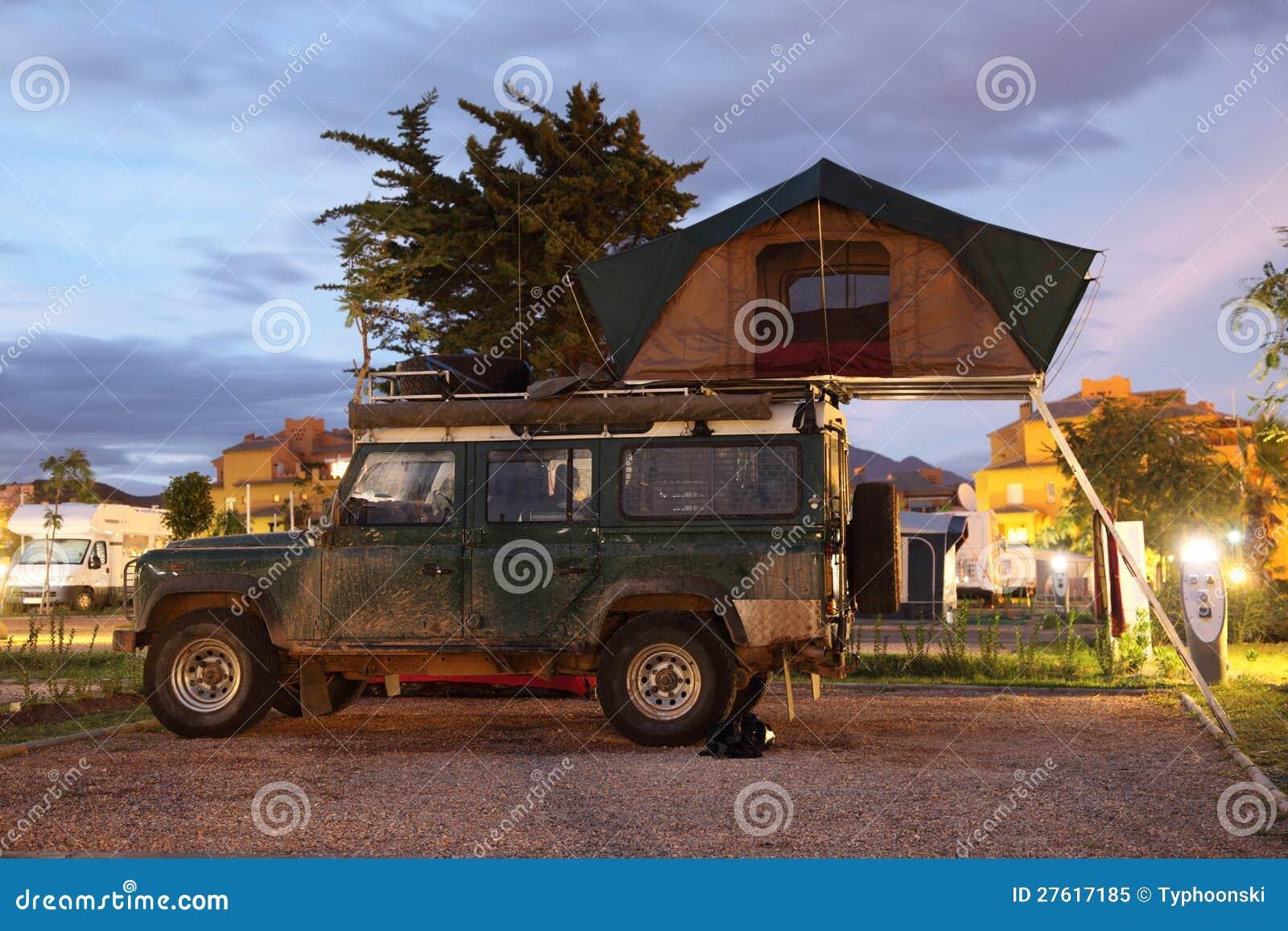 De Jeep Van De Safari Met Een Daktent Royalty Vrije Stock