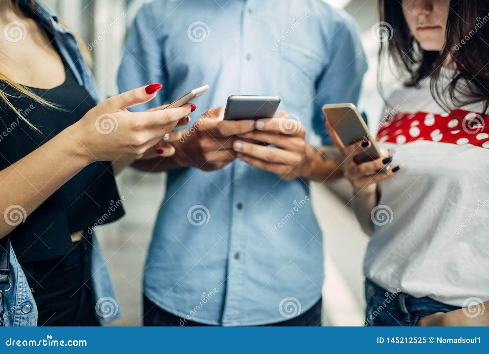 De jeugd die van de telefoonverslaafde gadgets in metro gebruiken