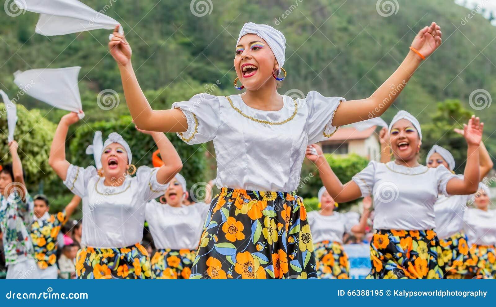De jeugd Inheemse Vrouwen die op Stadsstraten dansen van Zuid-Amerika