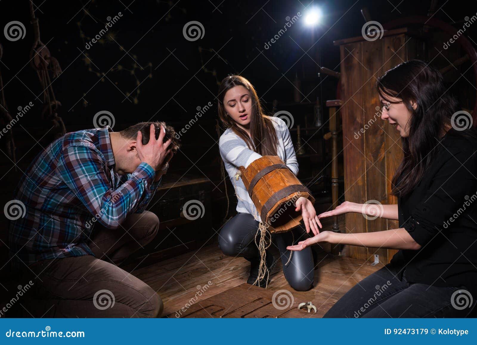 De jeugdmensen door het nalaten worden verrast om een oplossing van conu te vinden die