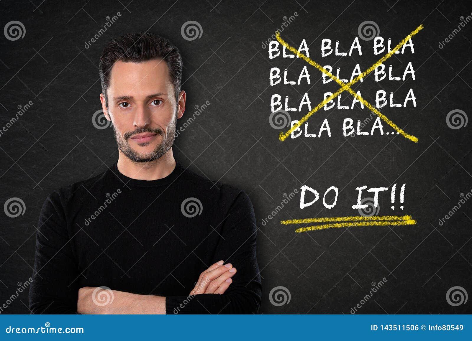 De jonge aantrekkelijke witte mens met wapen kruiste met een 'bla van blabla Doe het 'tekst op een bordachtergrond