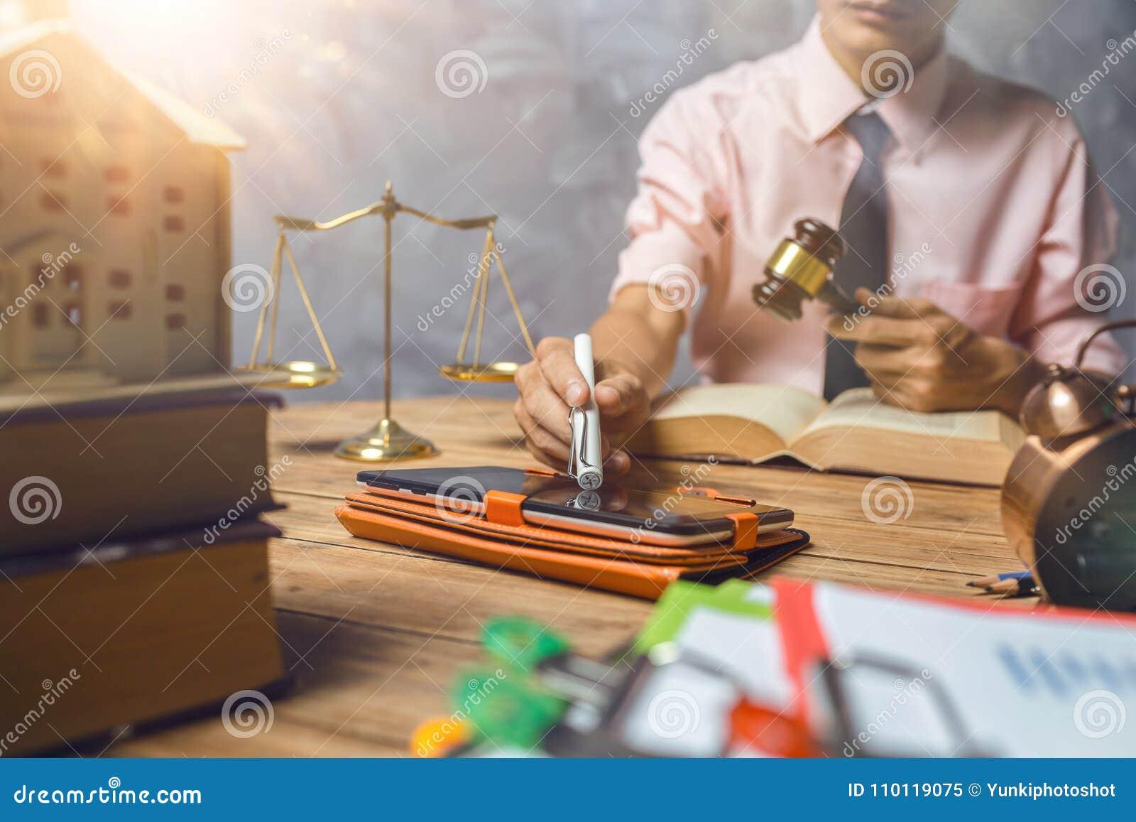 De jonge advocaat helpt ongeveer zijn klant nieuwe huisbelasting en lening c kopen