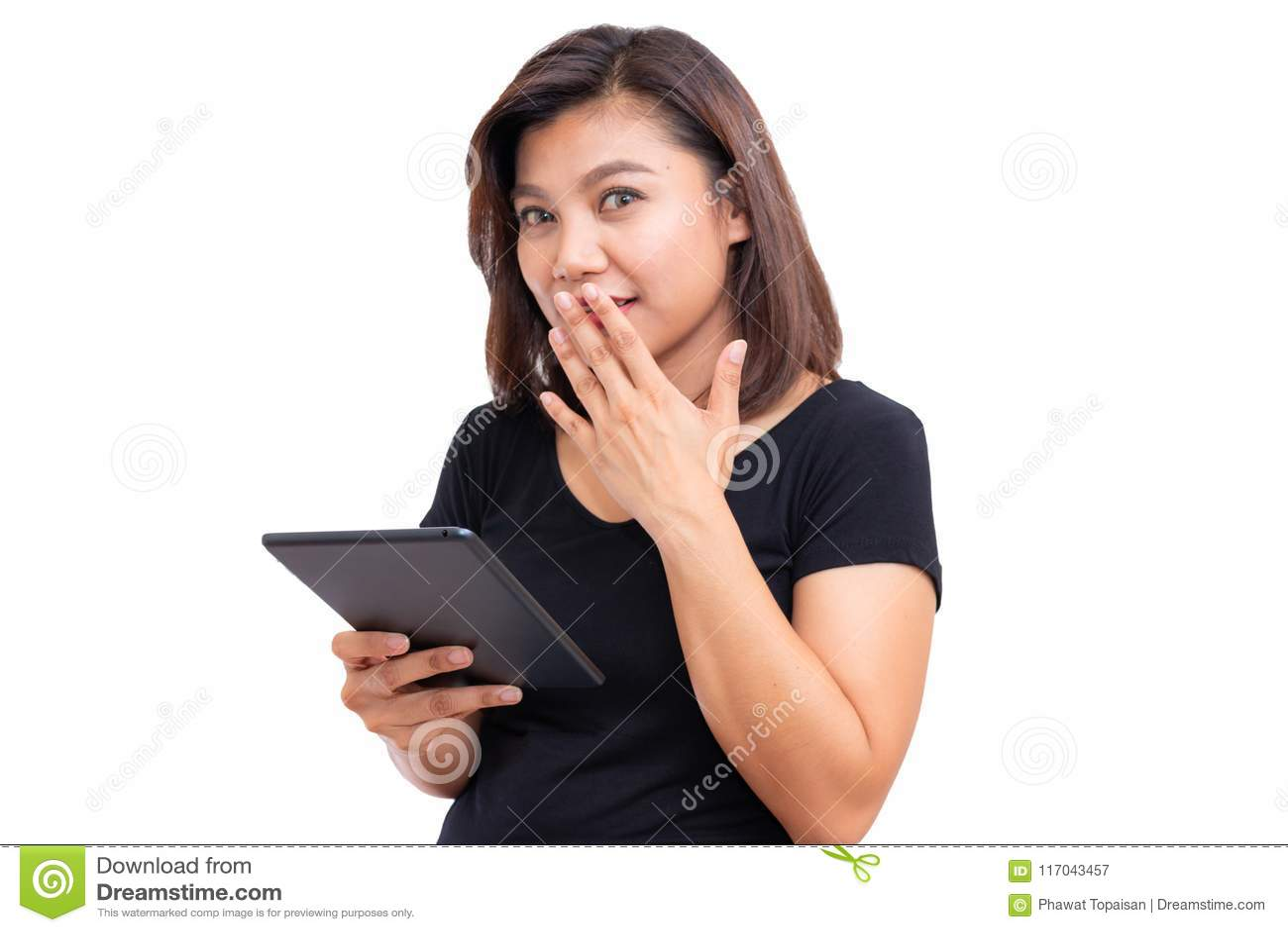 De jonge Aziatische computer van de de holdingstablet van het vrouwen zwarte haar De vrouw die stilte zeggen stil is met vinger o