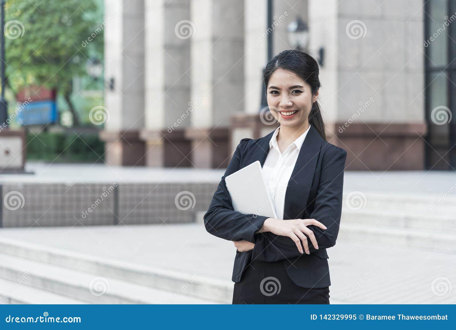 De jonge Aziatische knappe onderneemster van het portretvertrouwen Gelukkig en hij die glimlachen