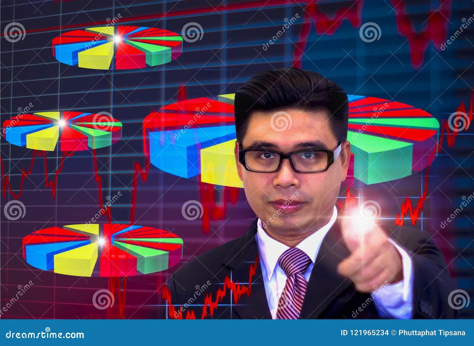 De jonge Aziatische zakenlieden, die donkere glazen en zwarte kostuums dragen, die vingers richten die grafiek, Ogen richten word