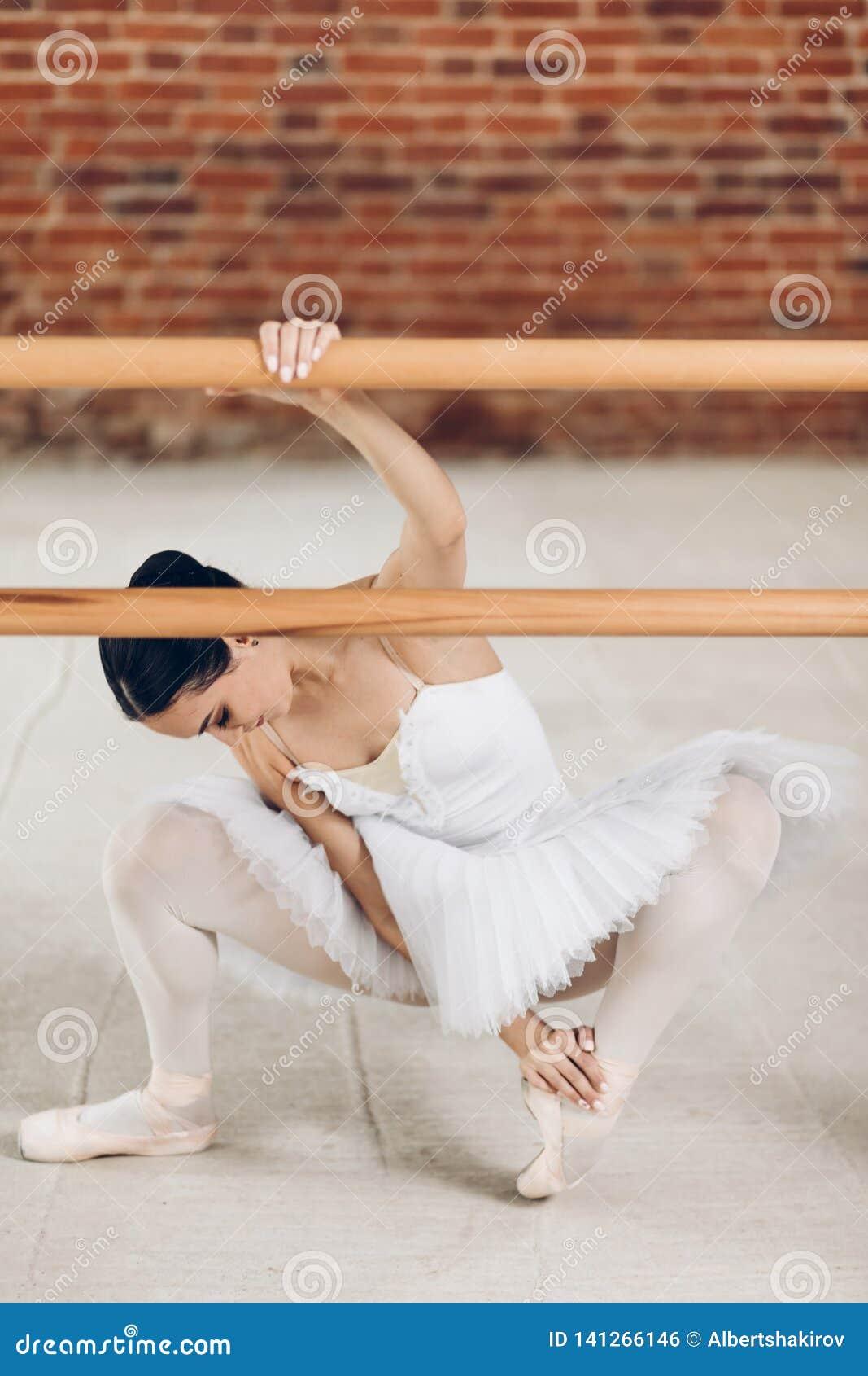 De jonge ballerina heeft problemen met benen ziekte