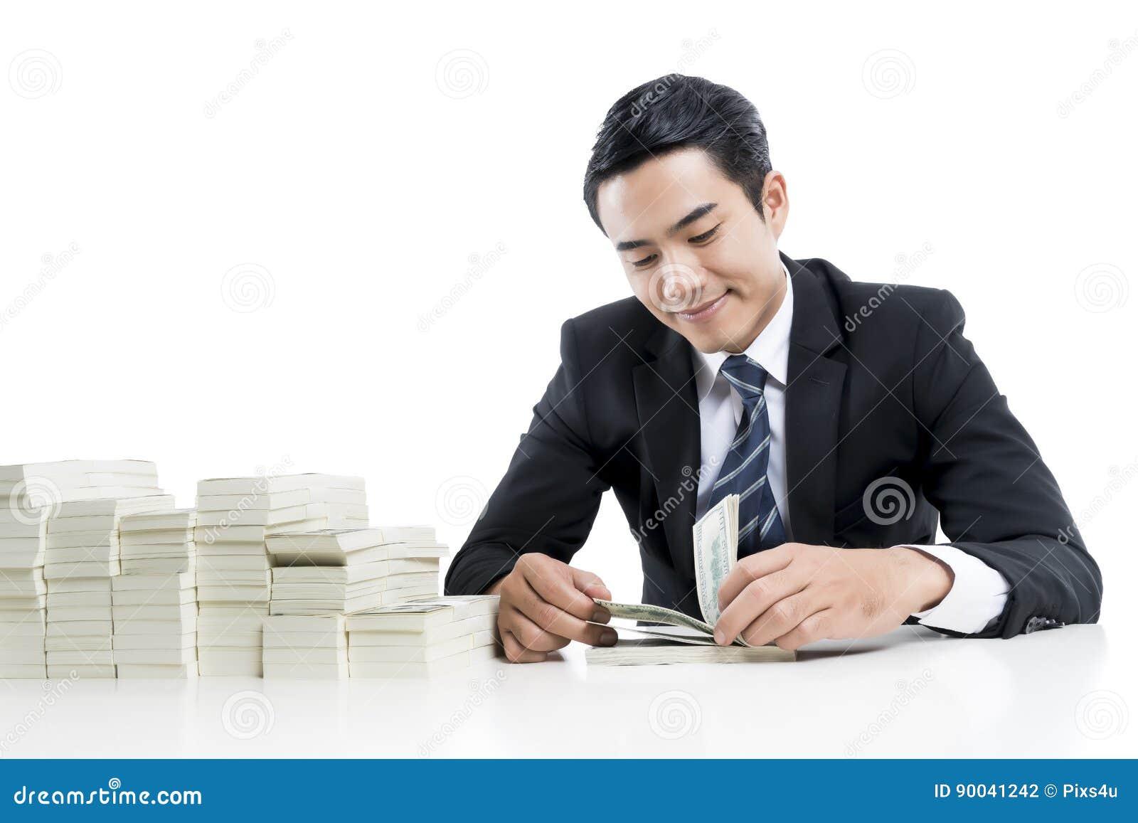 De jonge bankier telt bankbiljetten op witte achtergrond