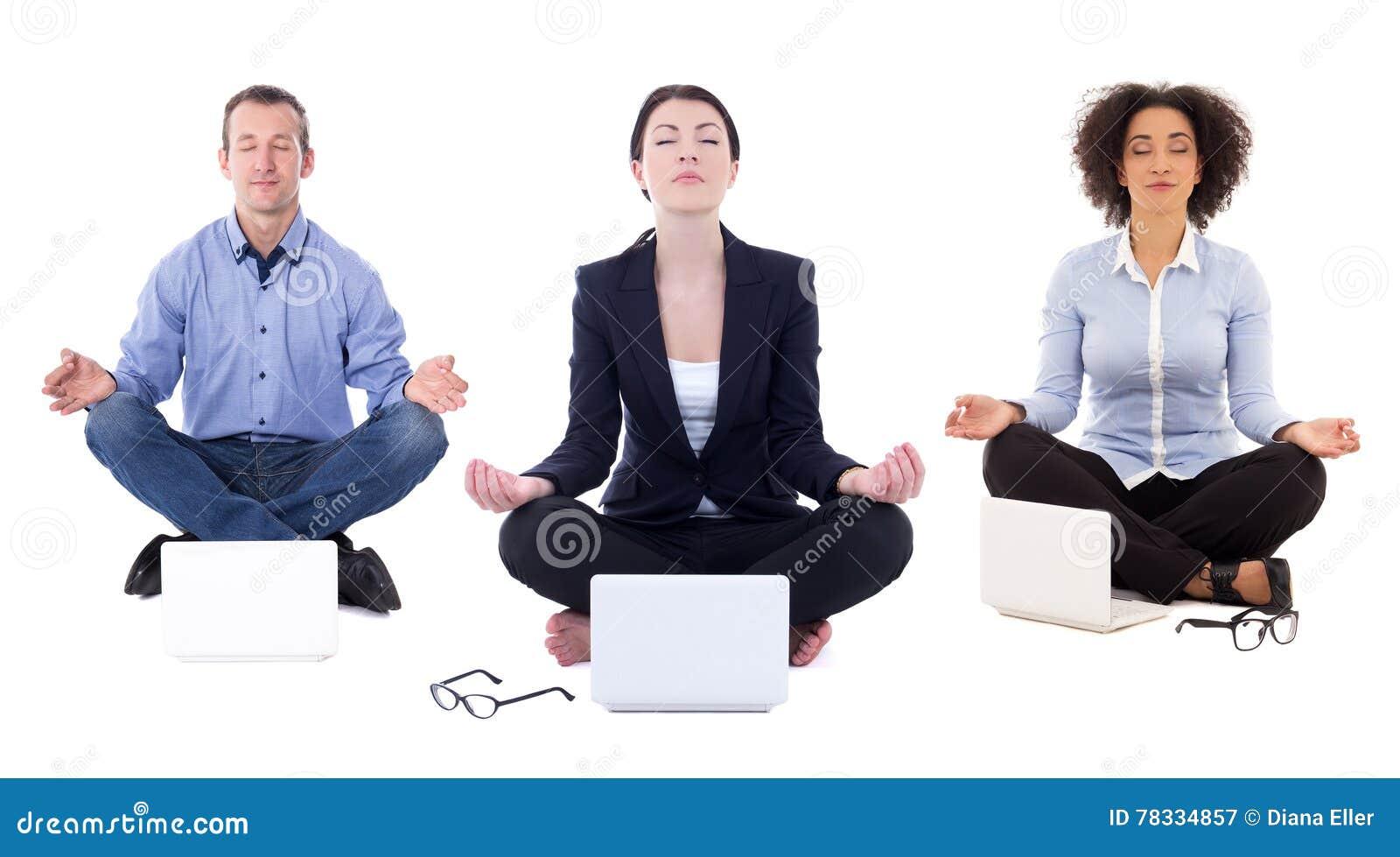 De jonge bedrijfsmensen die in yoga zitten stellen met geïsoleerd laptops