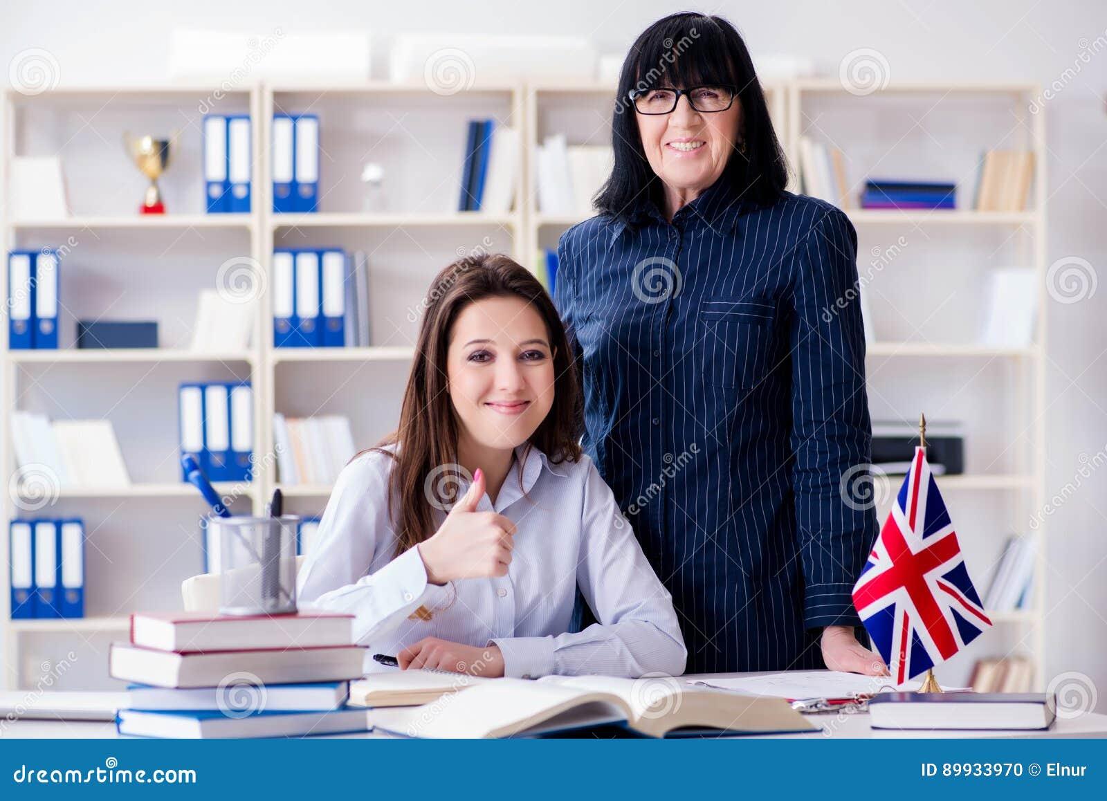 De jonge buitenlandse student tijdens engelstalige les