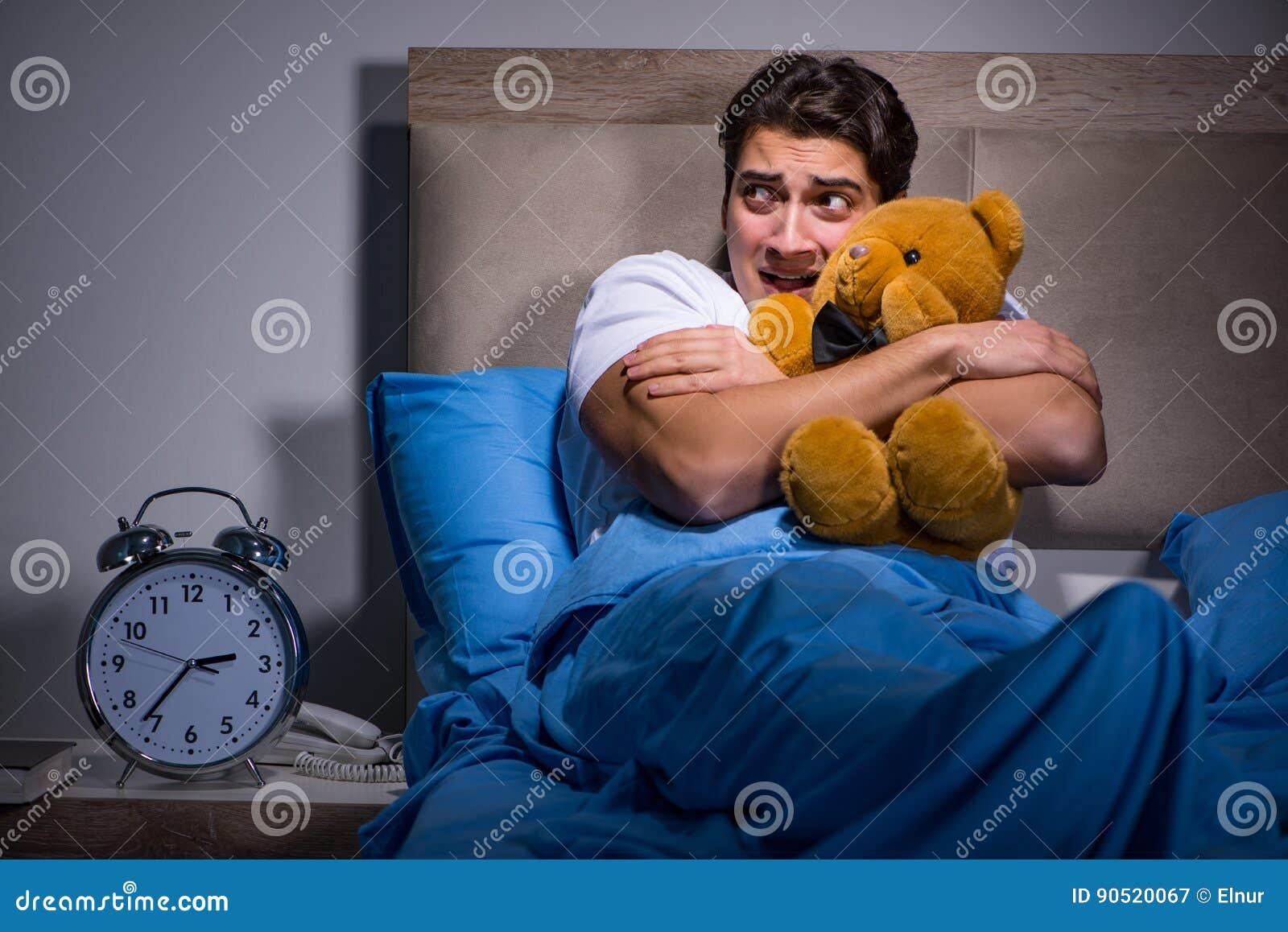 De jonge die man in bed wordt doen schrikken