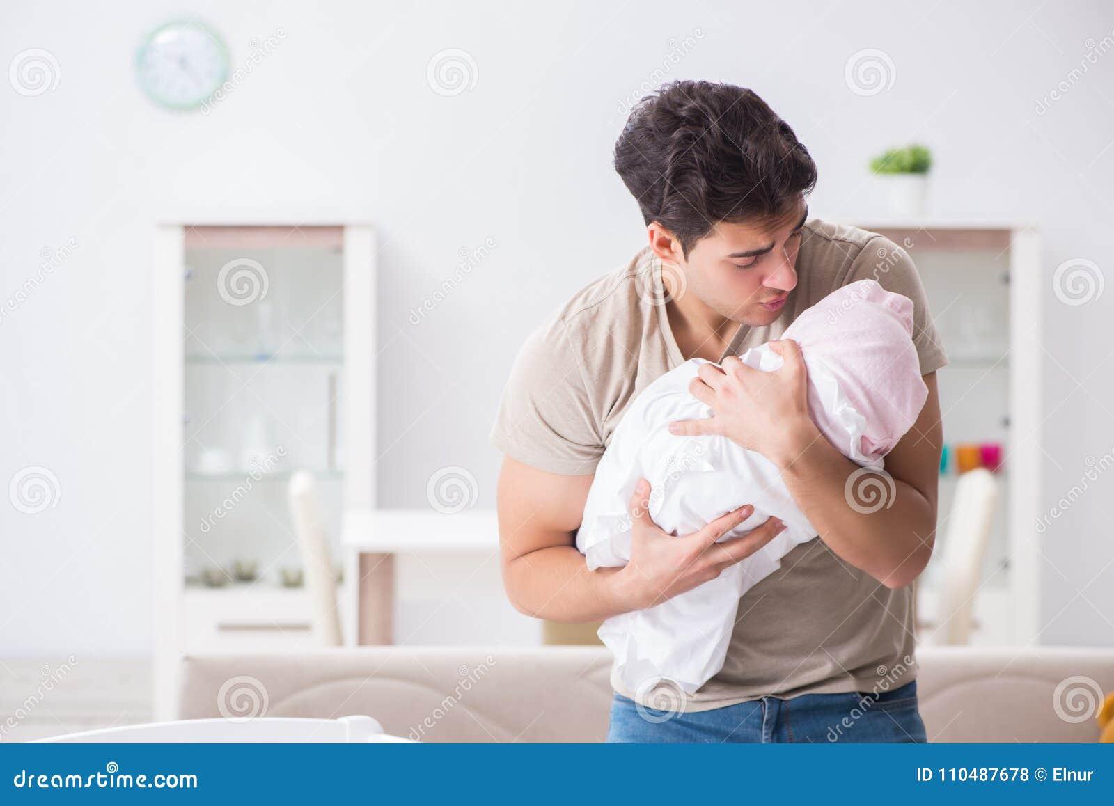 De jonge die vaderpapa bij schreeuwende baby wordt gefrustreerd