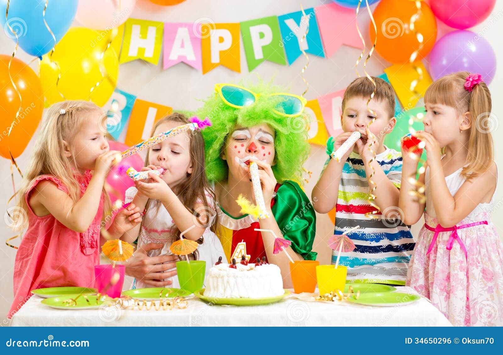 De jonge geitjes en de clown vieren verjaardagspartij
