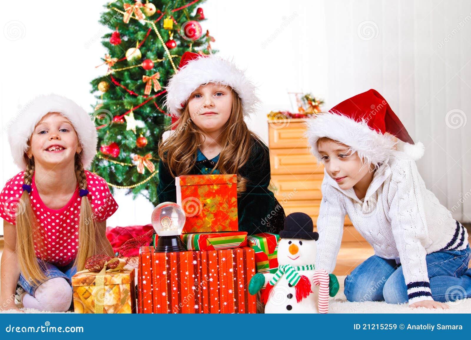 De jonge geitjes zitten naast Kerstmis voorstelt