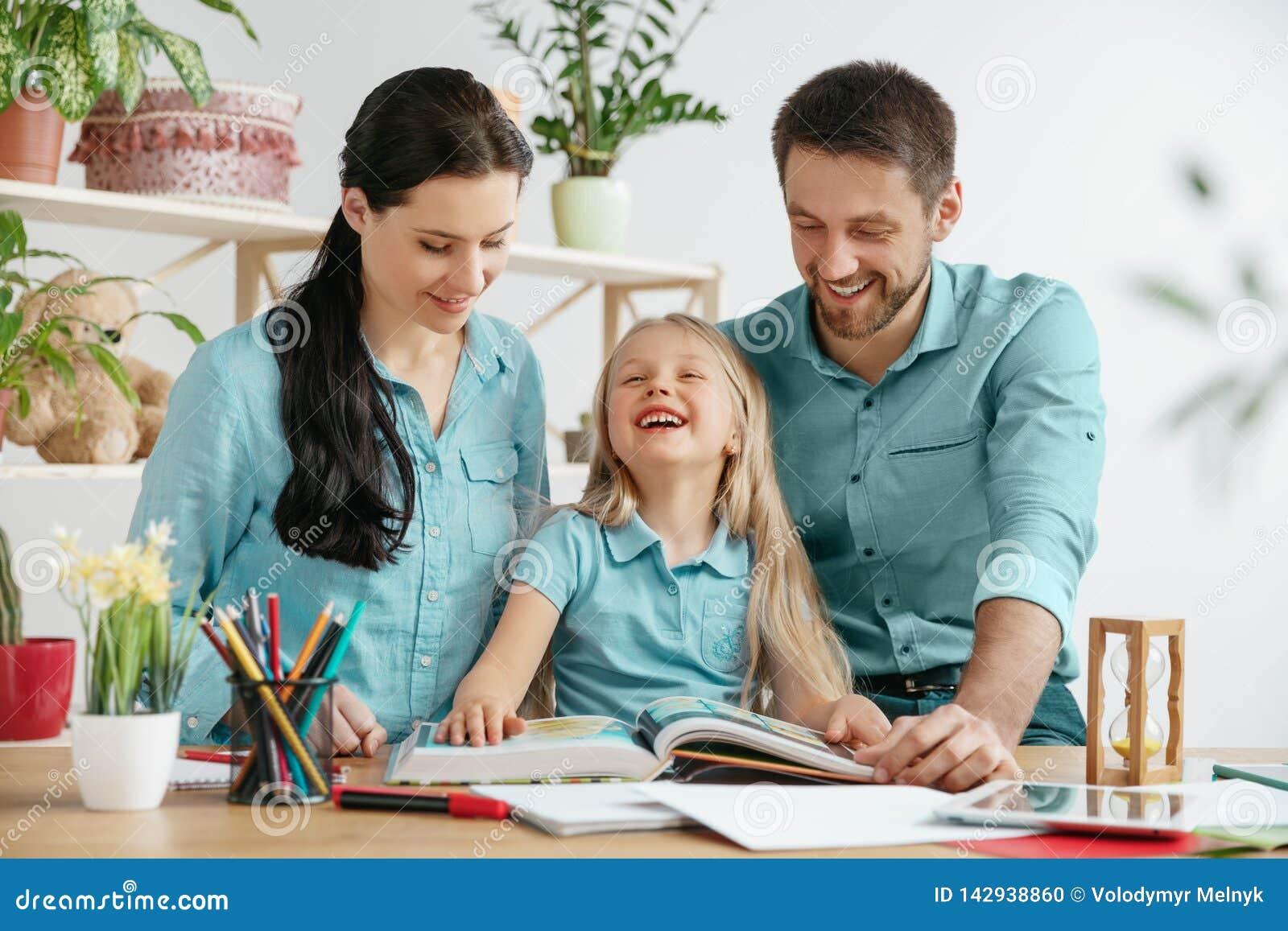 De jonge gelukkige familie brengt samen tijd door Een dag met gehouden van degenen thuis
