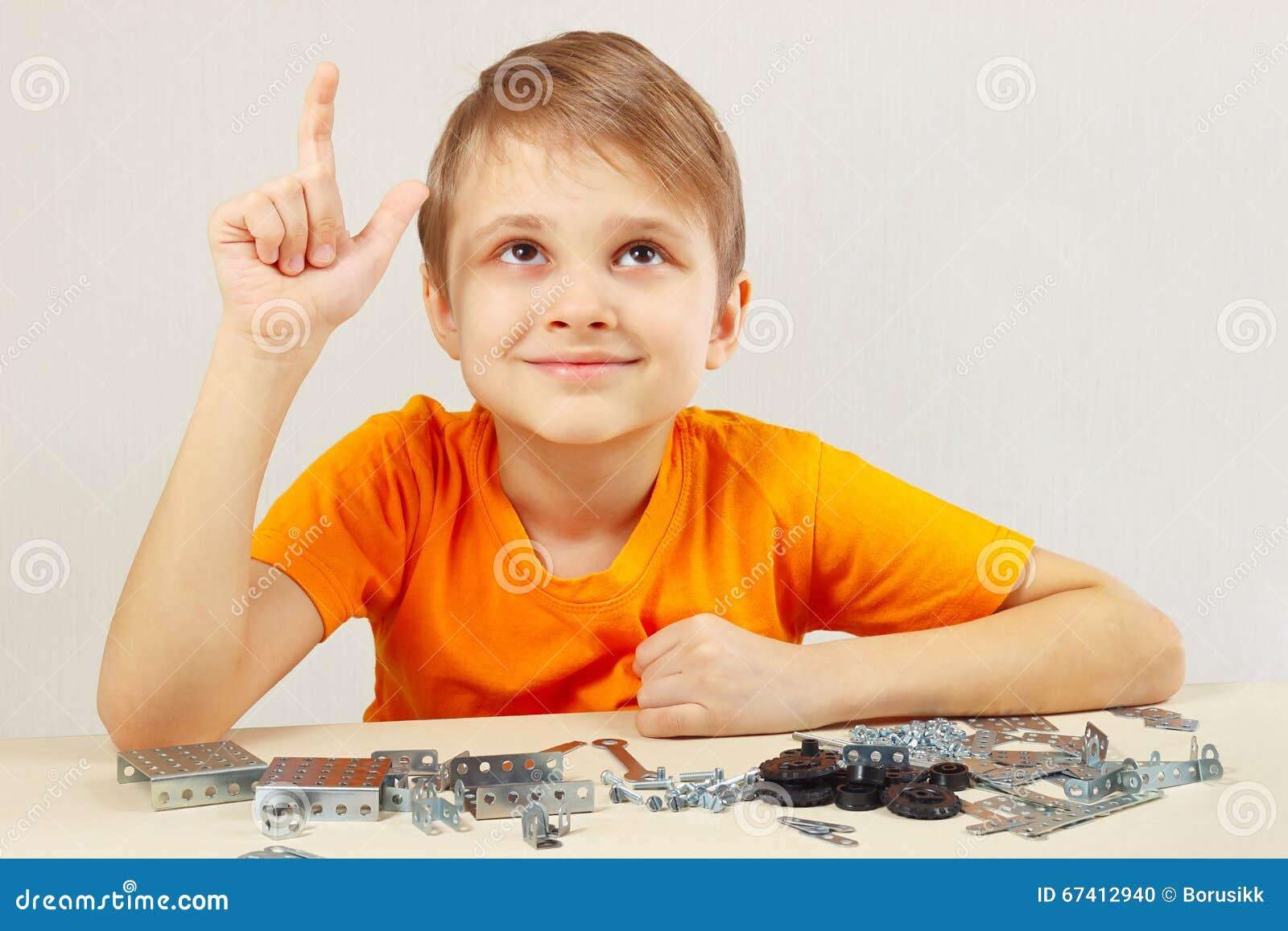 De jonge grappige ingenieur denkt dat van mechanische aannemer assembleert