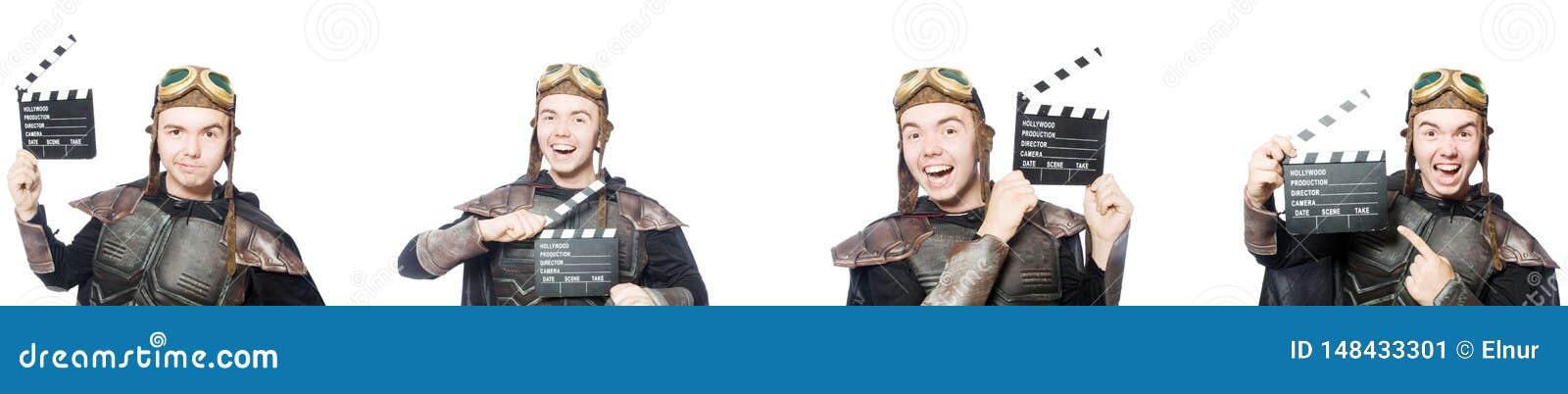 De jonge grappige man in pantserkostuum