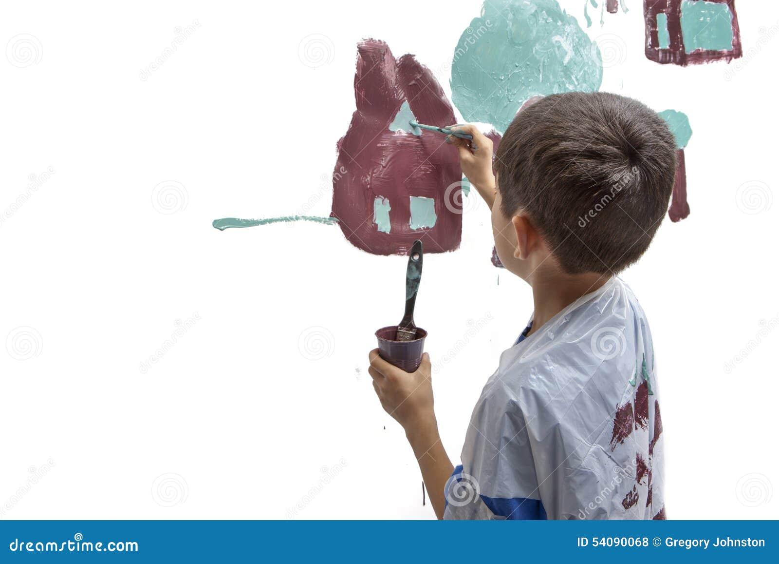 De jonge jongenswerken bij het schilderen