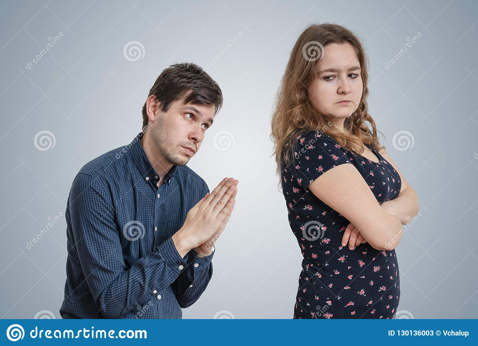 De jonge man bedelt voor vergiffenis jonge boze vrouw
