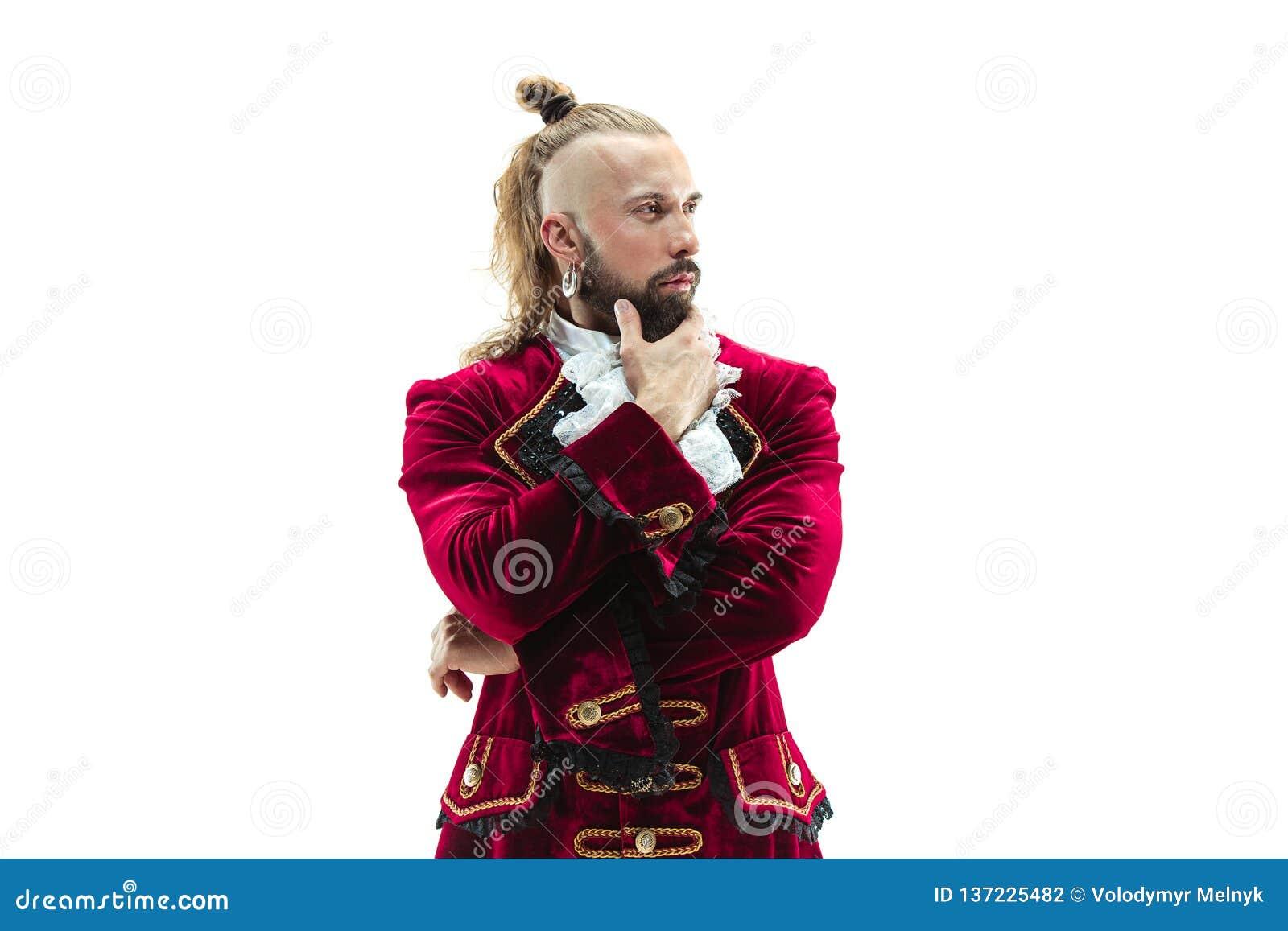 De jonge man die een traditioneel middeleeuws kostuum van markies dragen