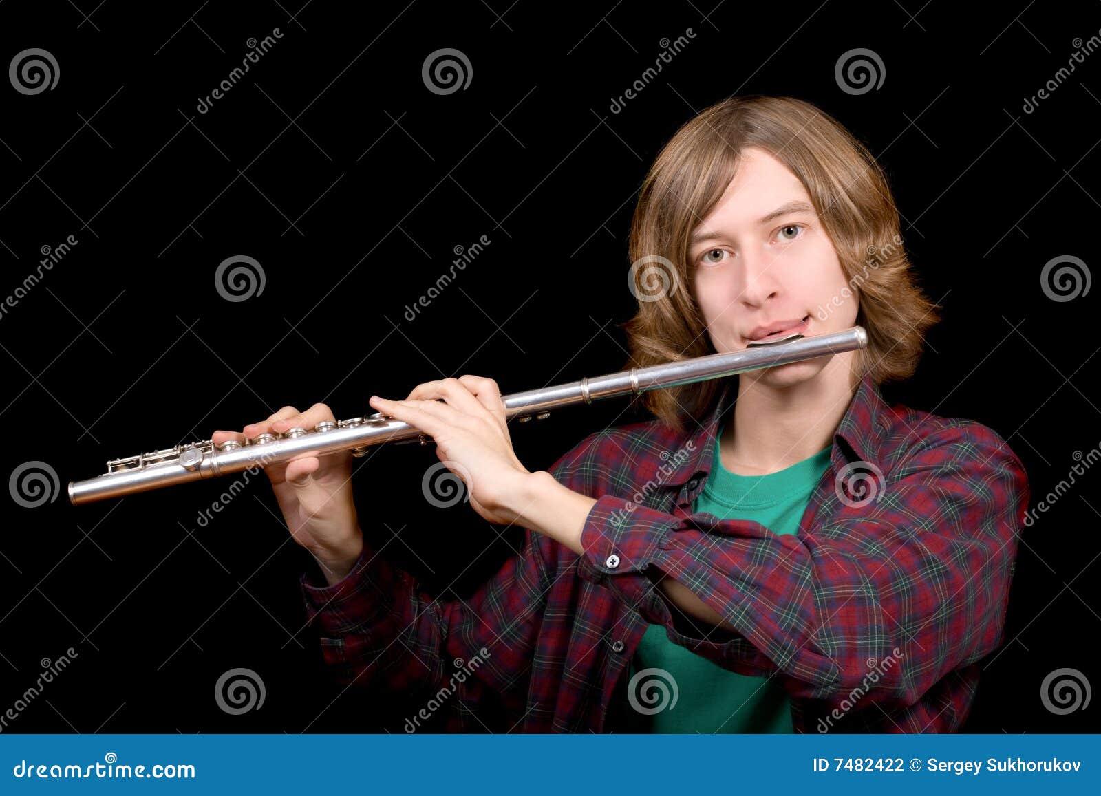 De jonge man speelt een fluit