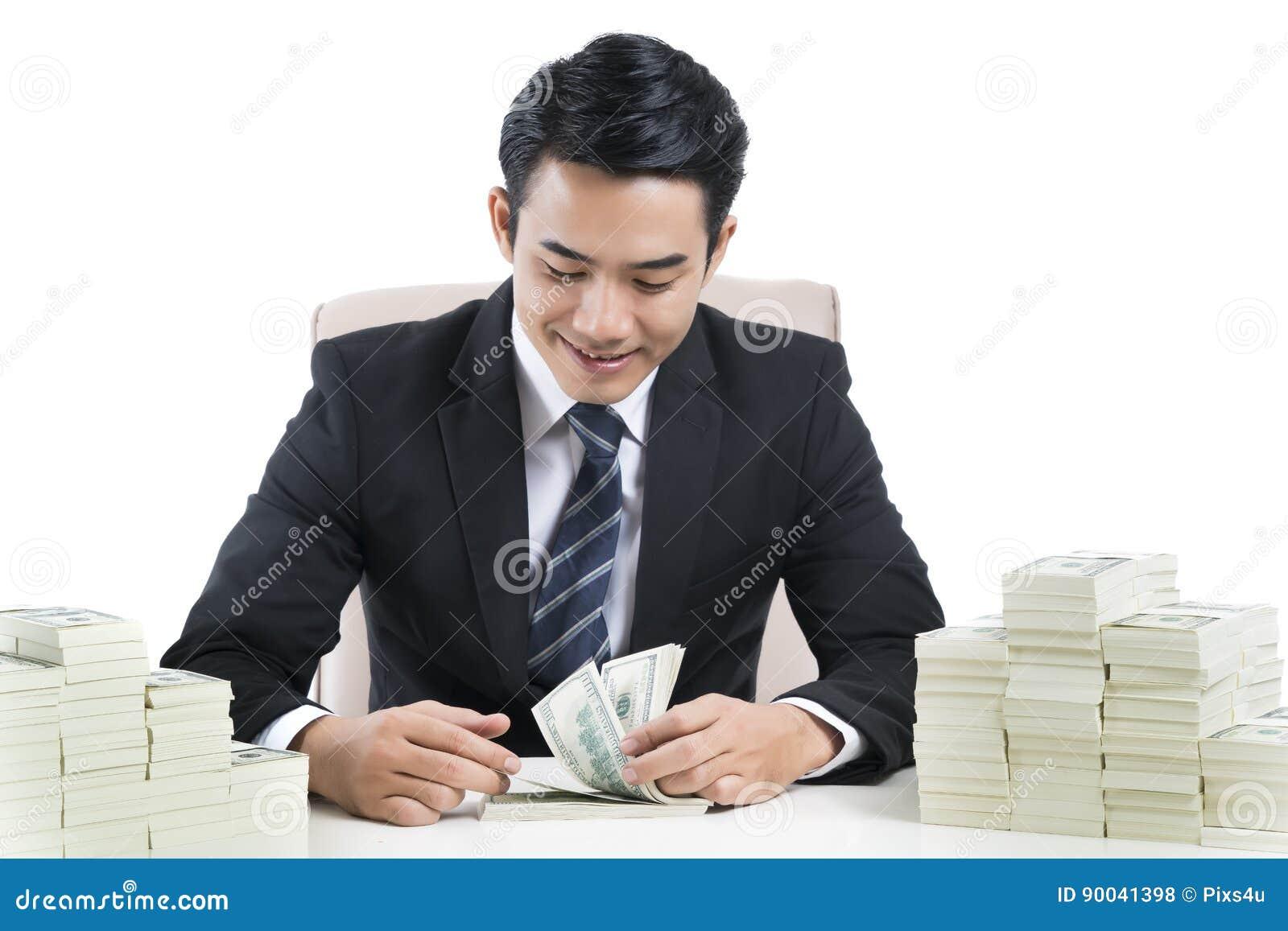 De jonge Mannelijke bankier telt bankbiljetten op witte achtergrond