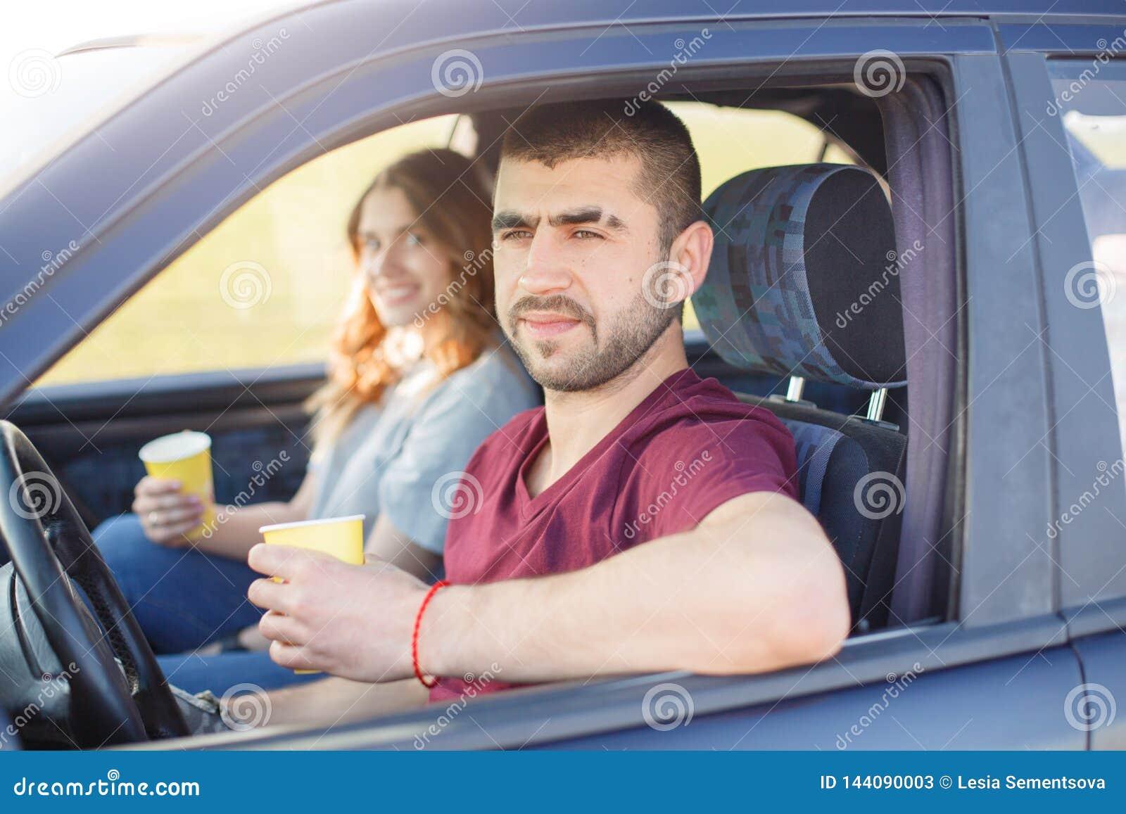 De jonge mannelijke en vrouwelijke reis door auto, familiereis, paar brengt samen tijd tijdens vakantie, man en vrouweneinde door