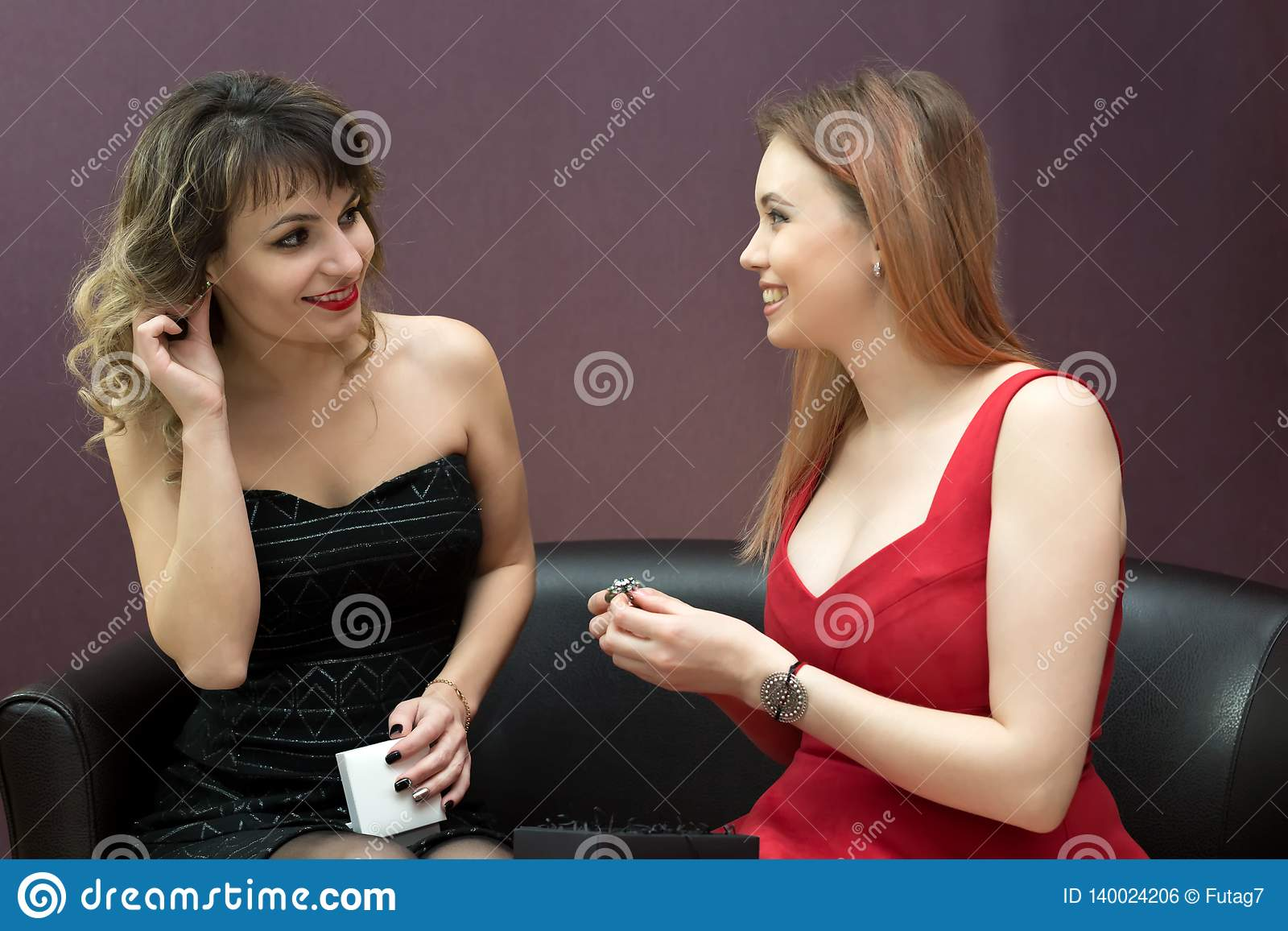 De jonge meisjes dragen oorringenklemmen