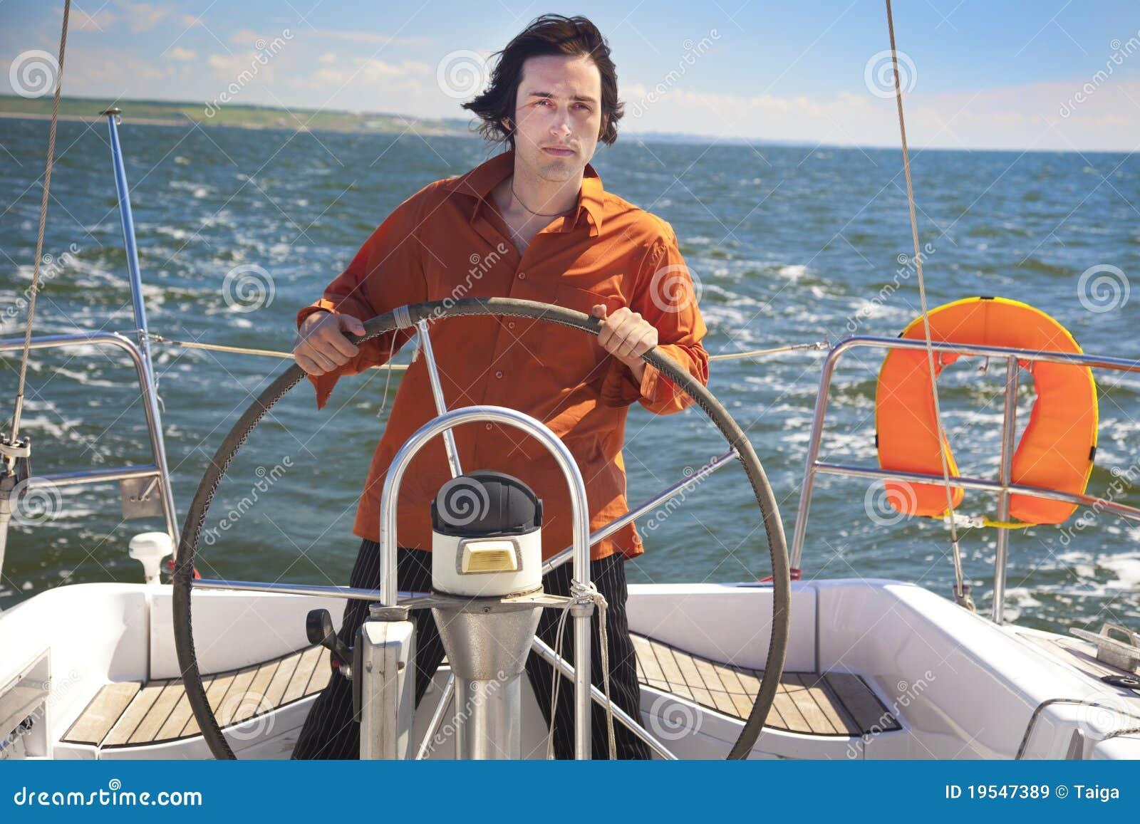 De jonge Mens is de Kapitein van de Zeilboot