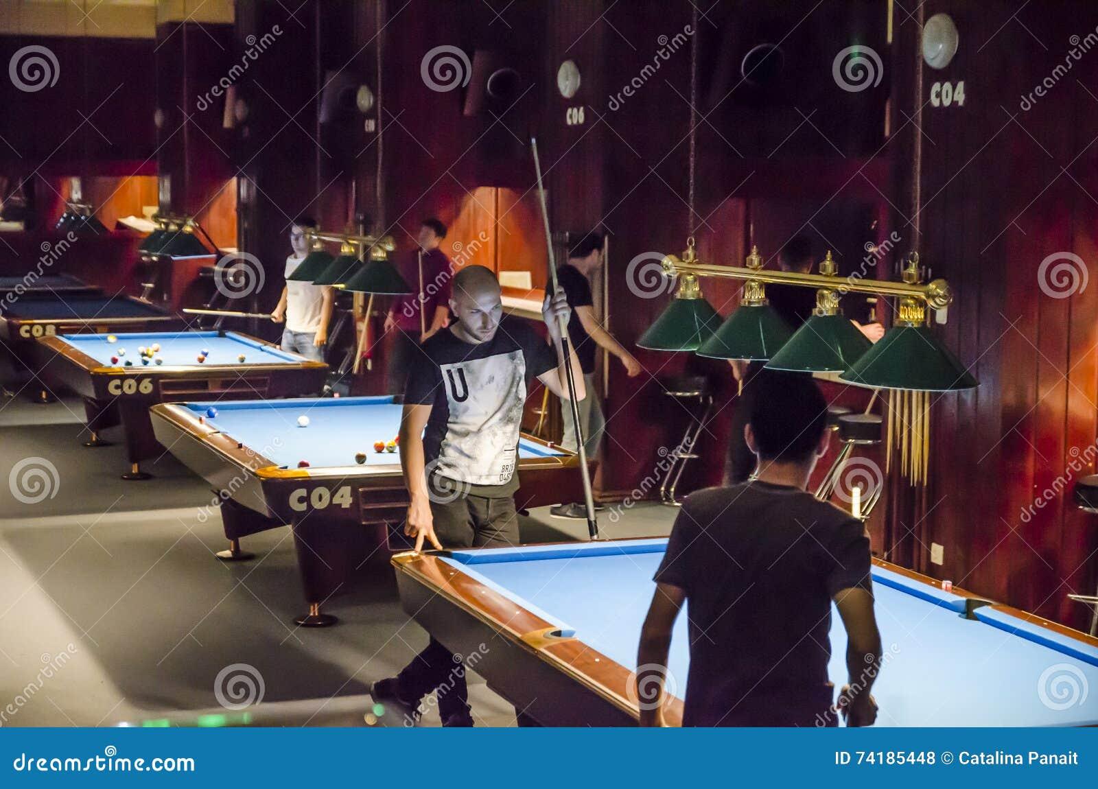De jonge mensen spelen biljart