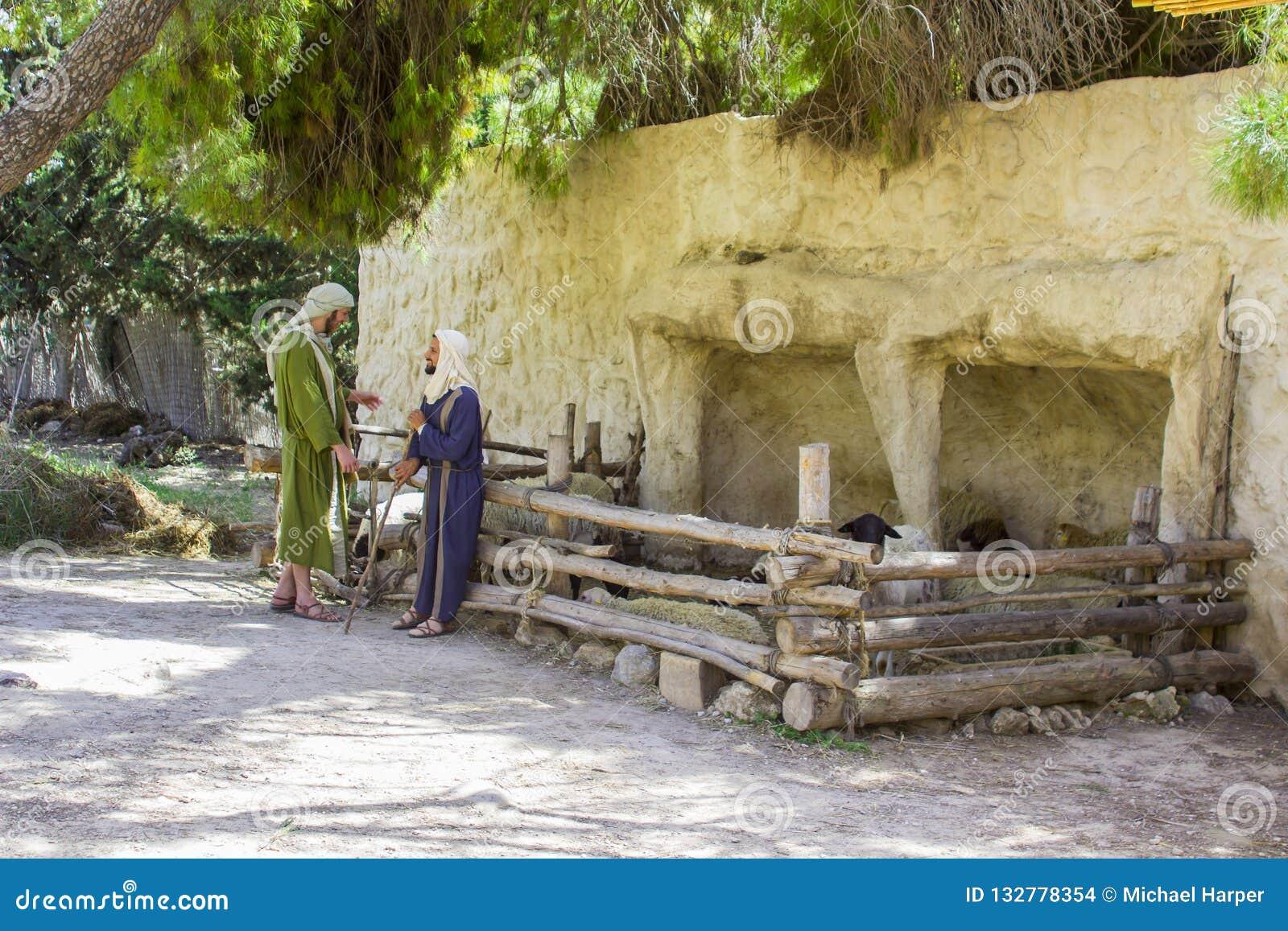 De jonge mensen tijdens periode kleden zich in Nazareth Village Israel