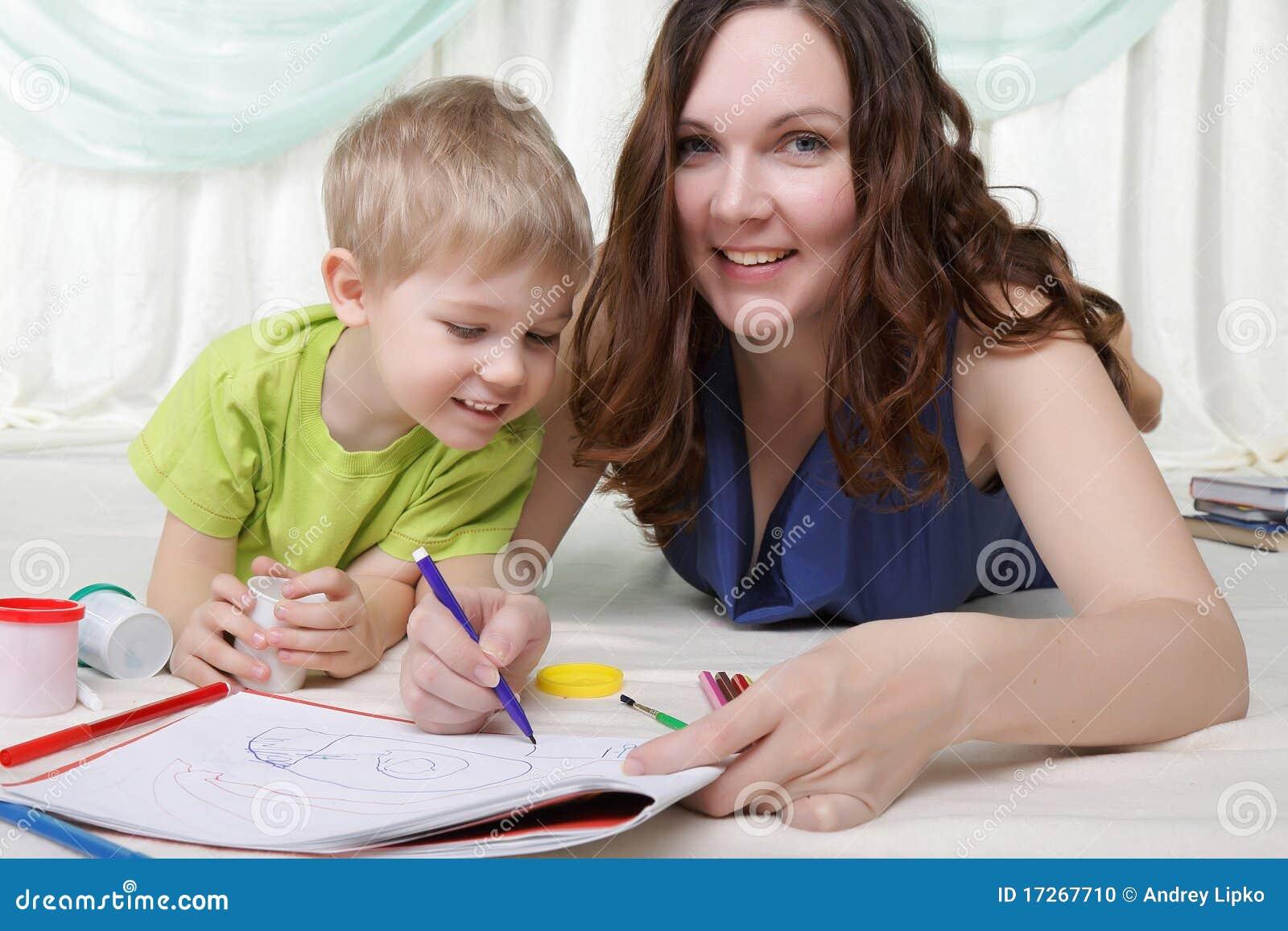 De jonge moeder en haar zoon brengen samen tijd door
