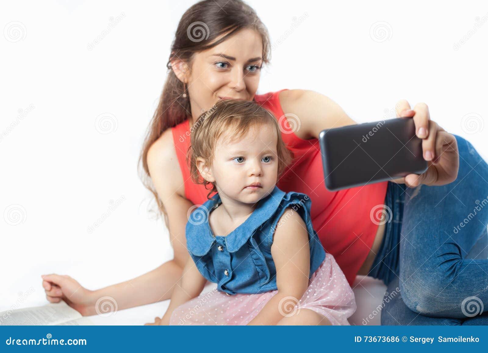 De jonge moeder maakt een selfie
