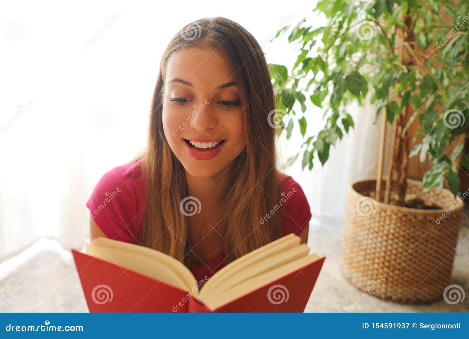 De jonge mooie vrouwenzitting en de lezing een boek genieten van van rust
