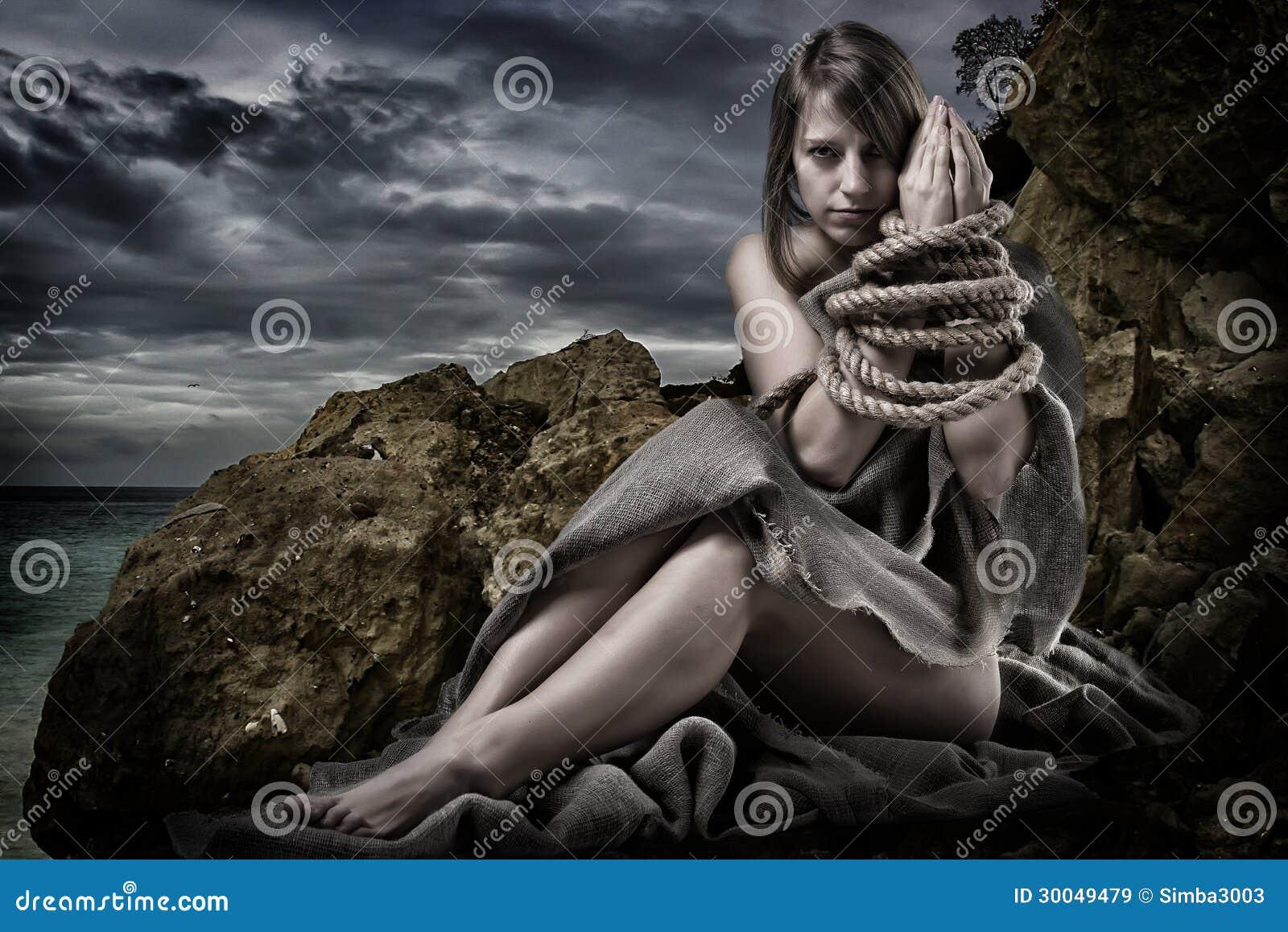 Vrouw met verbonden handen