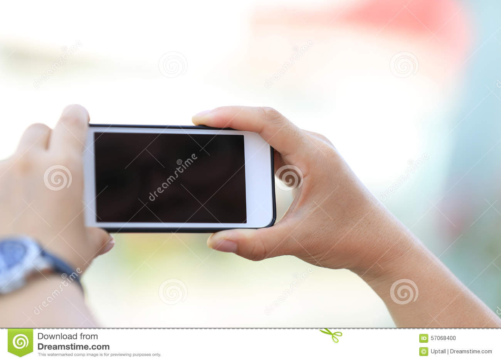 De jonge slimme telefoon van het vrouwengebruik in stad