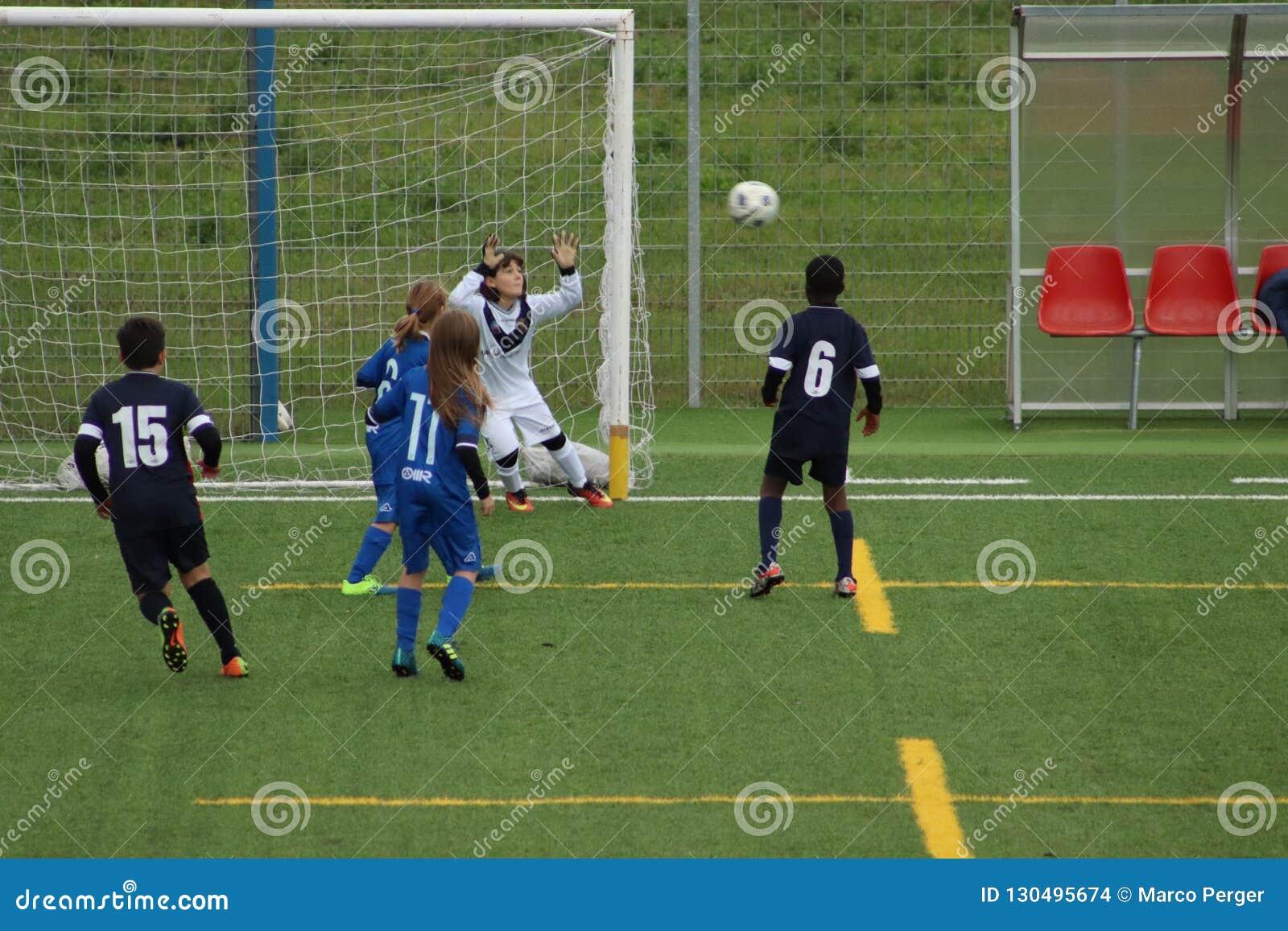 De jonge spelers spelen voetbal