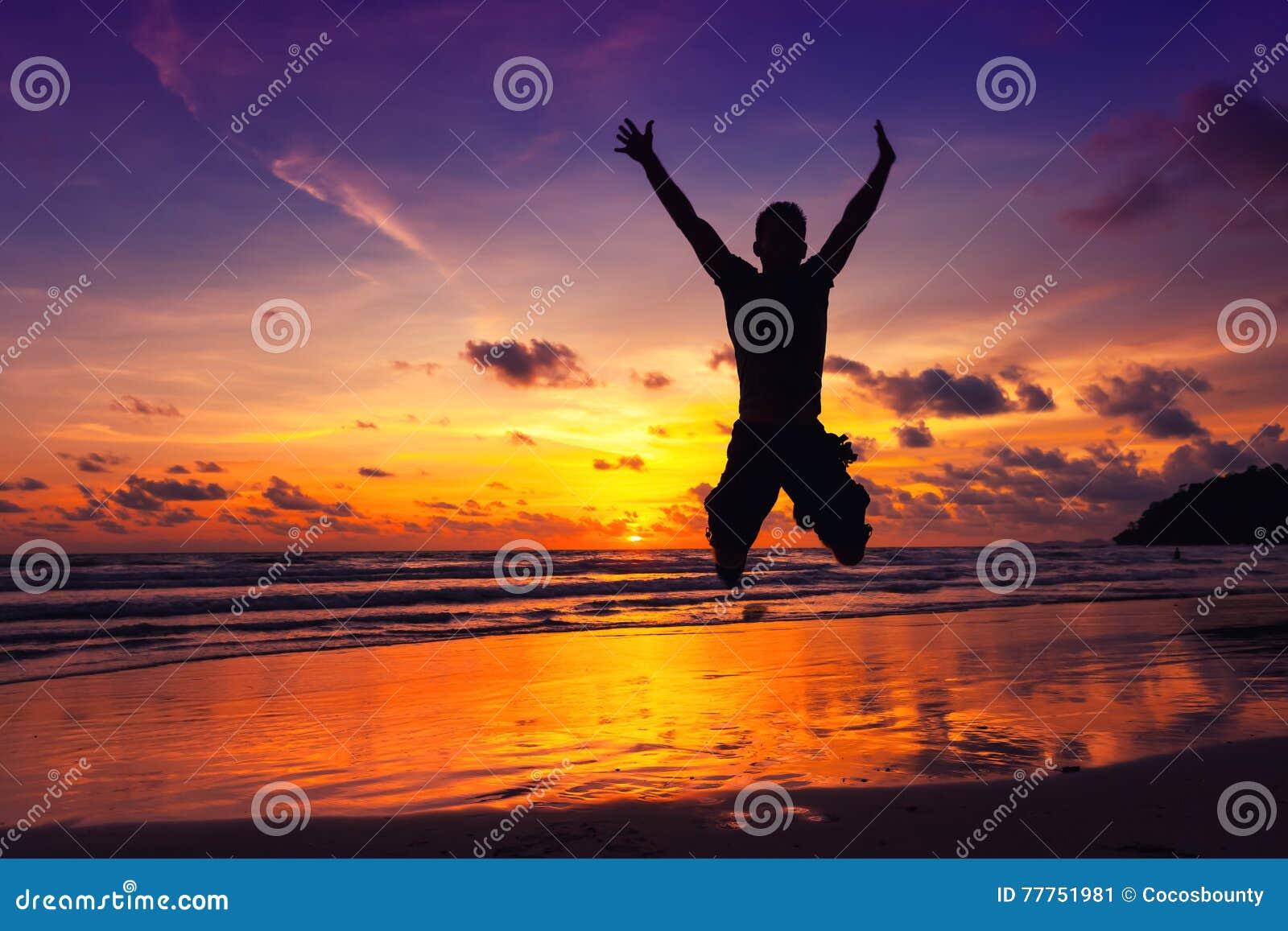 De jonge sterke mens geniet van vakantie op een tropisch eiland