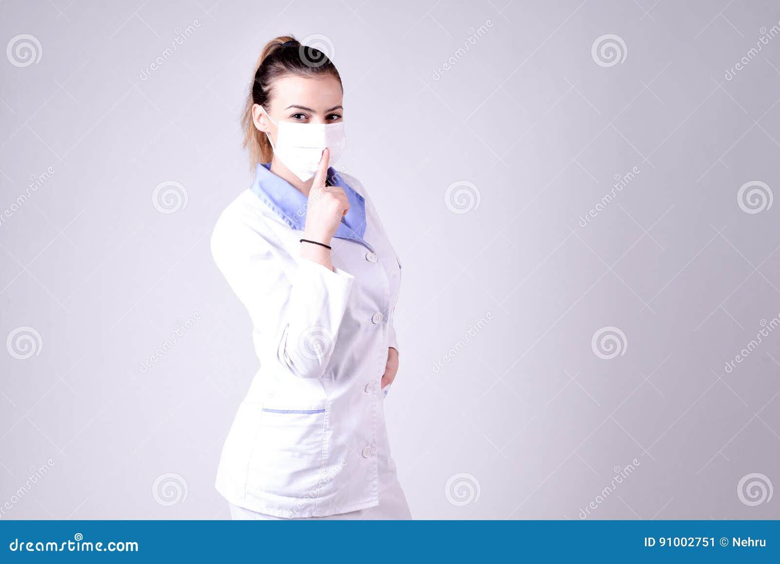 De jonge stilte van het verpleegstersgebaar tevreden