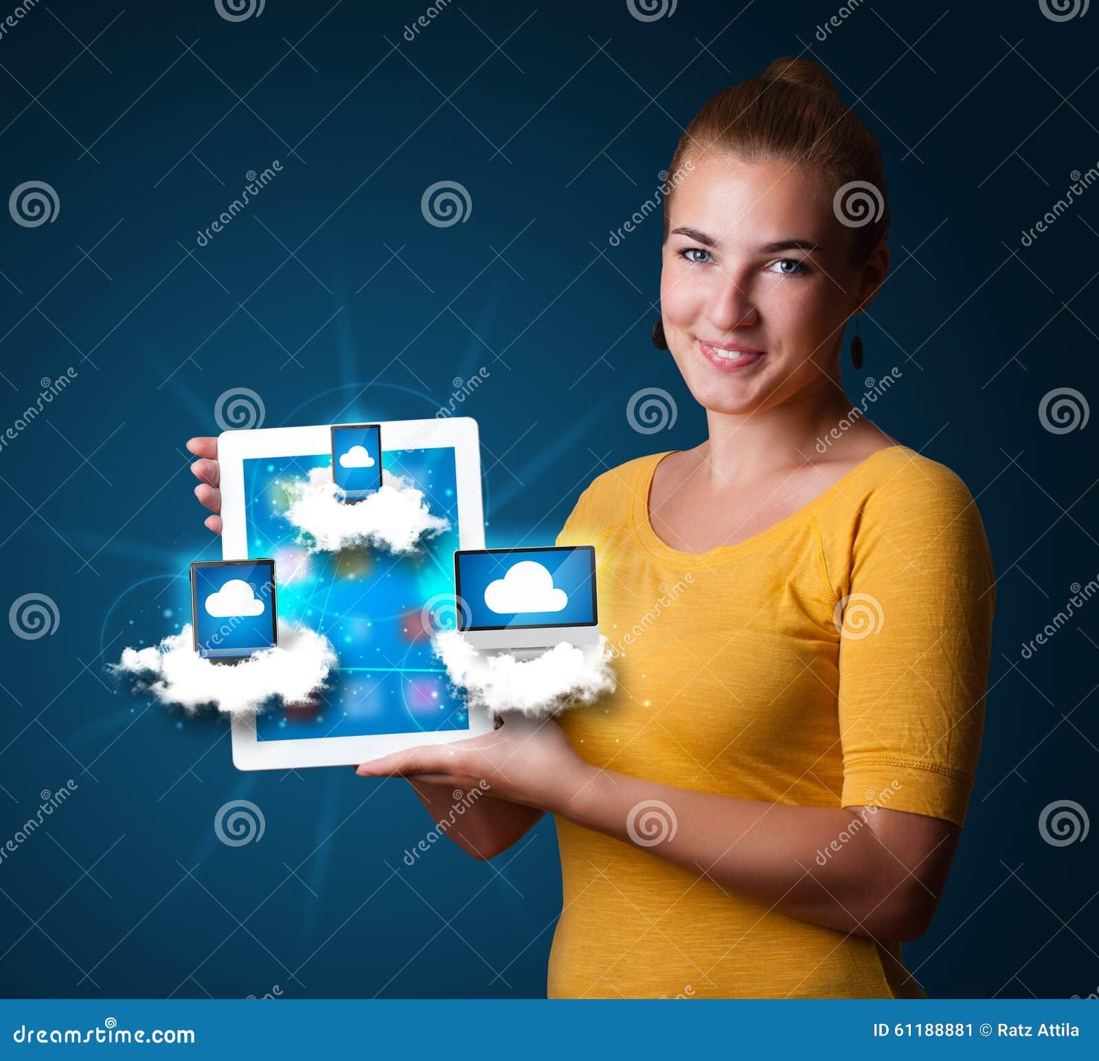 De jonge tablet van de vrouwenholding met moderne apparaten in wolken stock foto afbeelding - Moderne apparaten ...