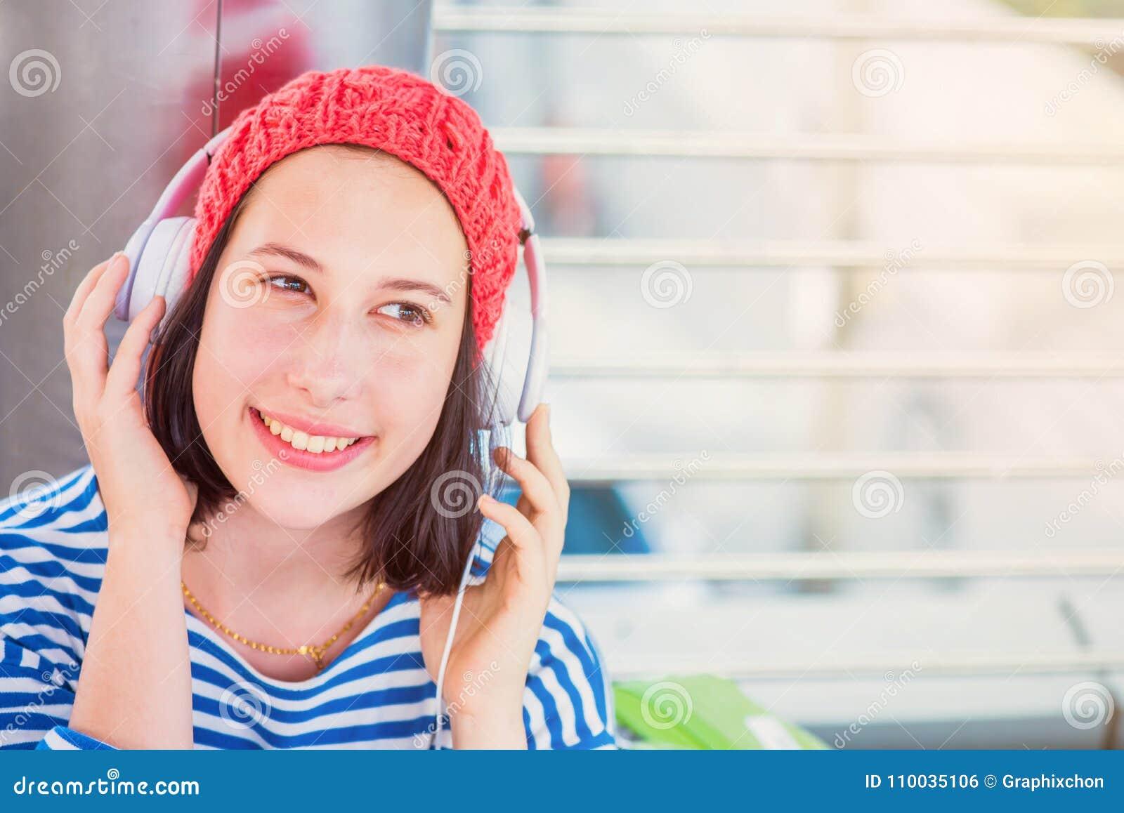 De jonge toerist luistert aan muziek