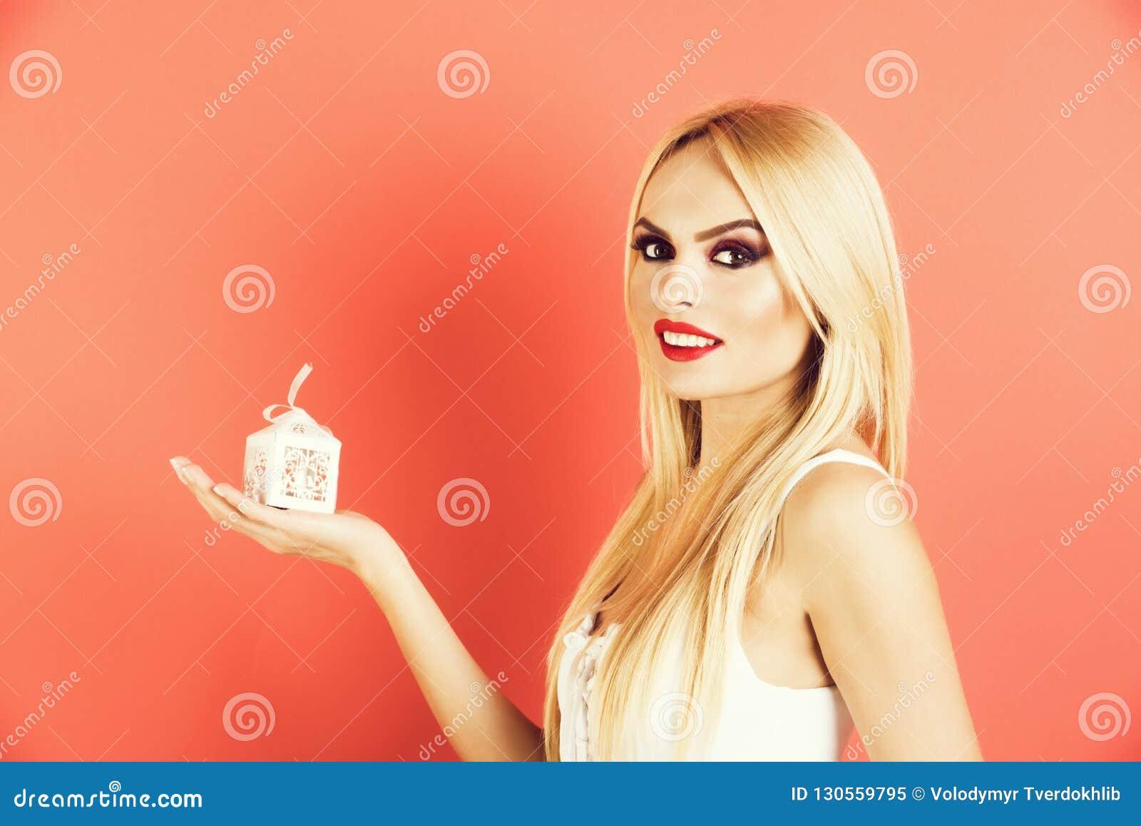 De jonge verleidelijke doos van de de greep kleine witte gift van de blondevrouw