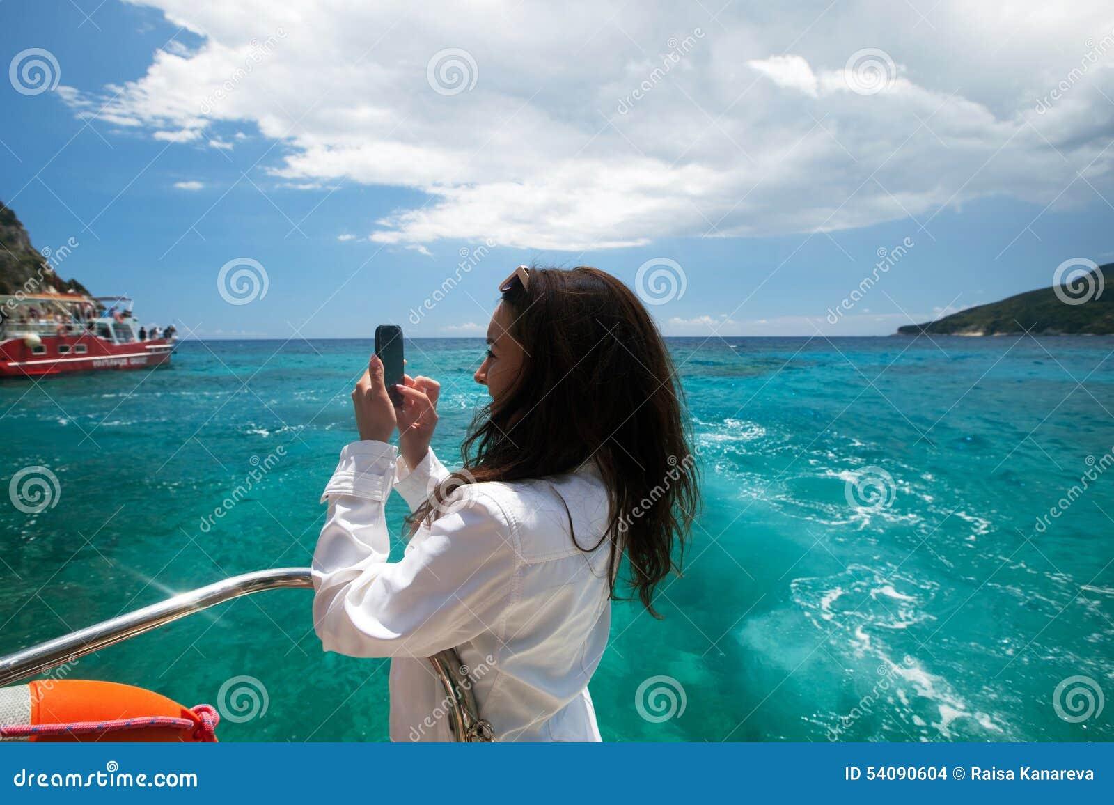 De jonge vrouw fotografeert het eiland in Griekenland