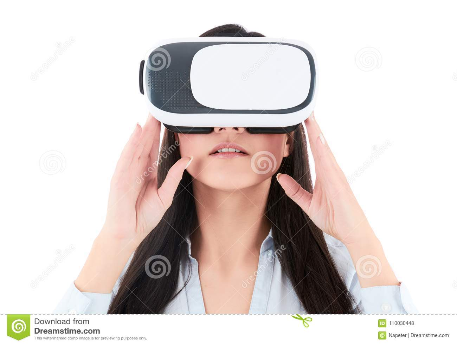 De jonge vrouw gebruikt VR-hoofdtelefoon op witte achtergrond