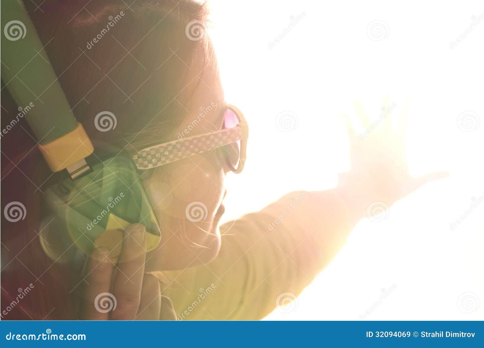 De jonge vrouw geniet van de muziek.